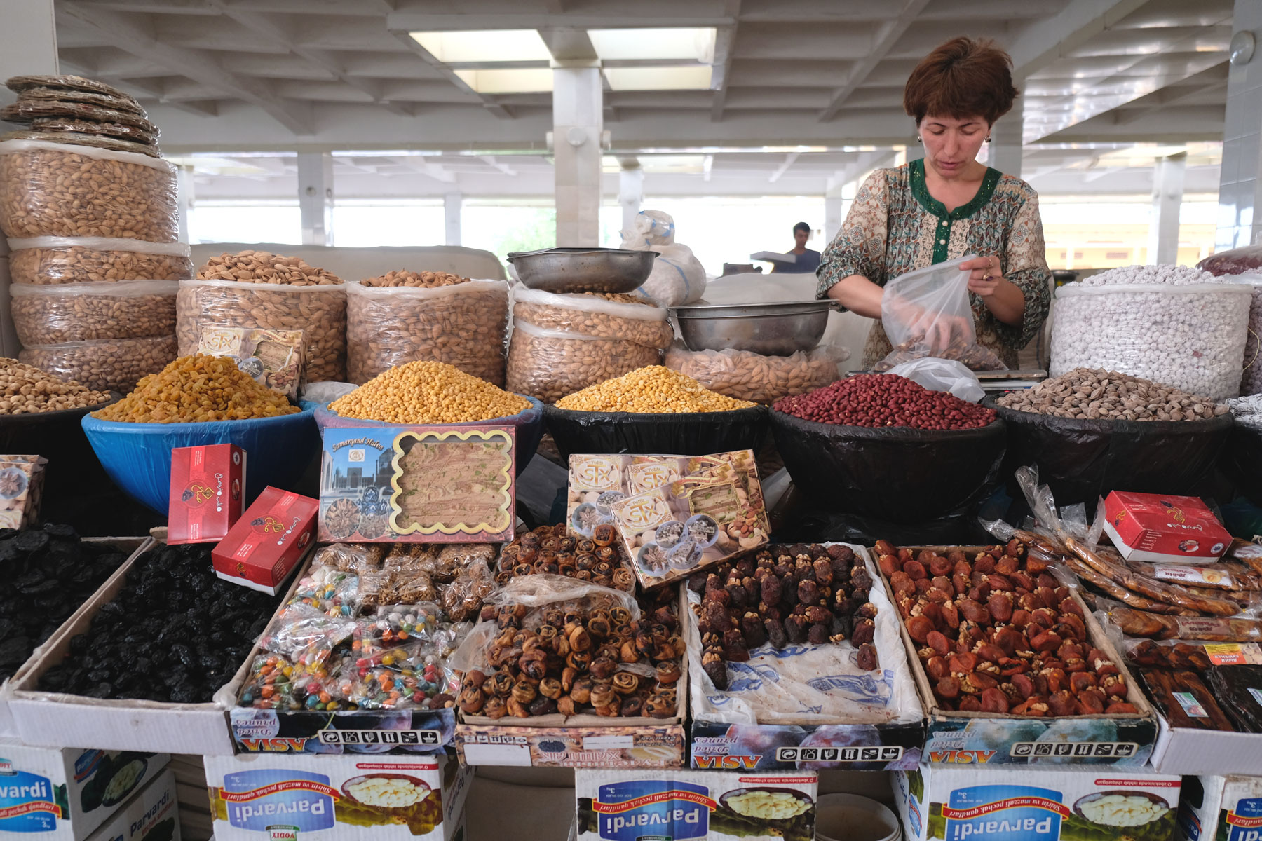 Trockenfrüchten und Nüssen auf einem Marktstand