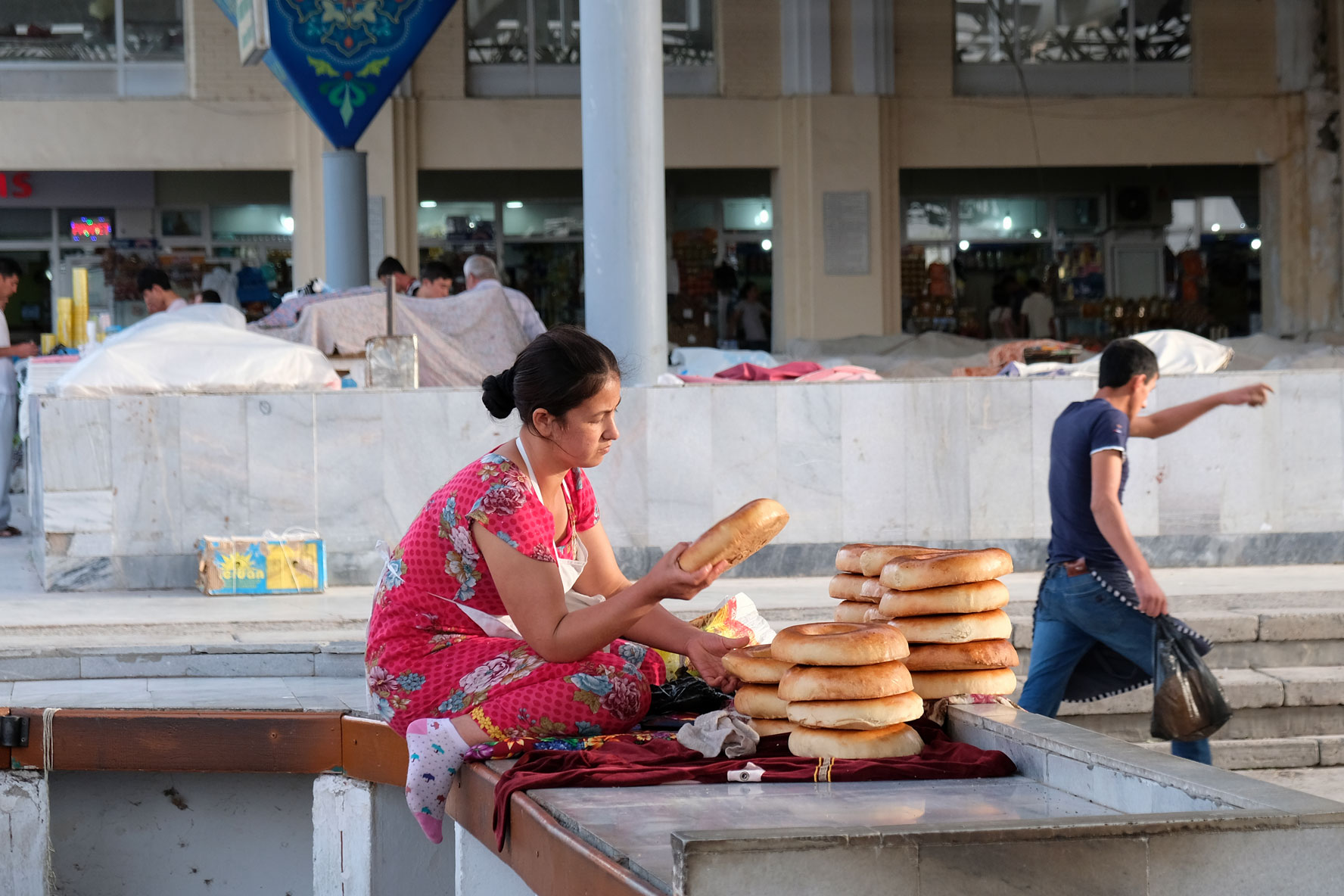 Eine Frau verkauft Brot auf dem Basar von Samarkand