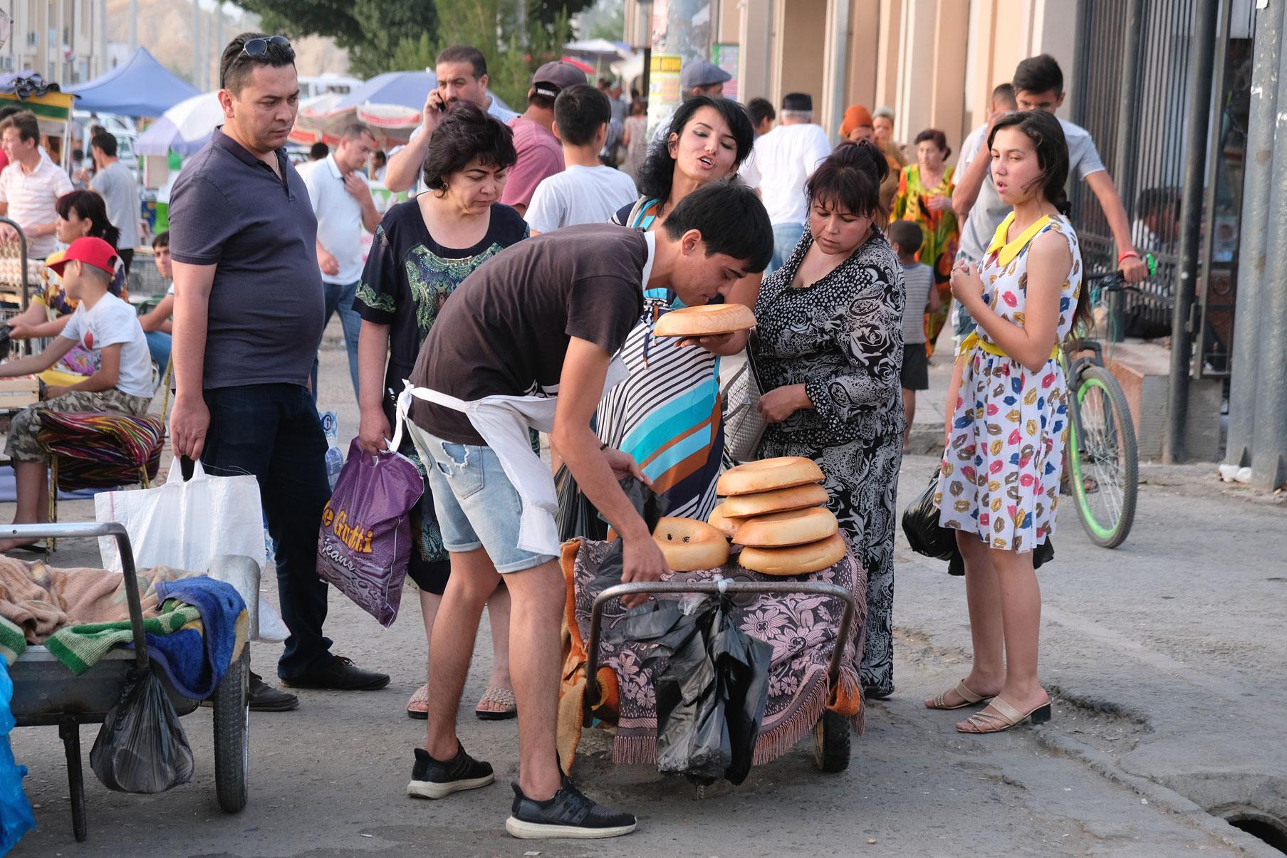 Menschen kaufen Brot an einem Stand auf dem Basar