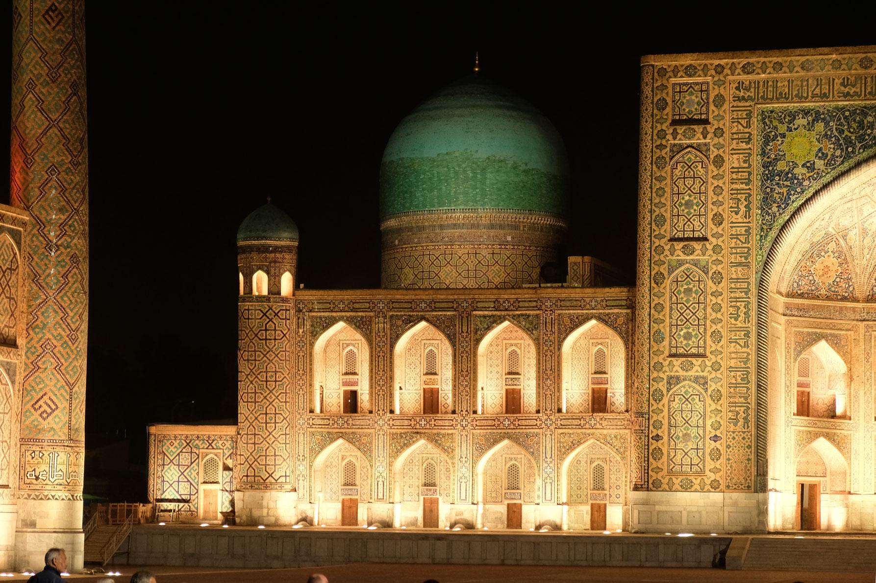 Der beleuchtete Registan in Samarkand
