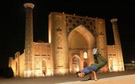 Sebastian macht Akrobatik vor dem Registan in Samarkand