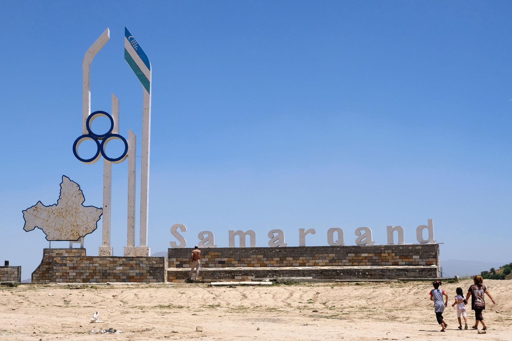 """Ein großer Schriftzug, auf dem """"Samarqand"""" zu lesen ist"""