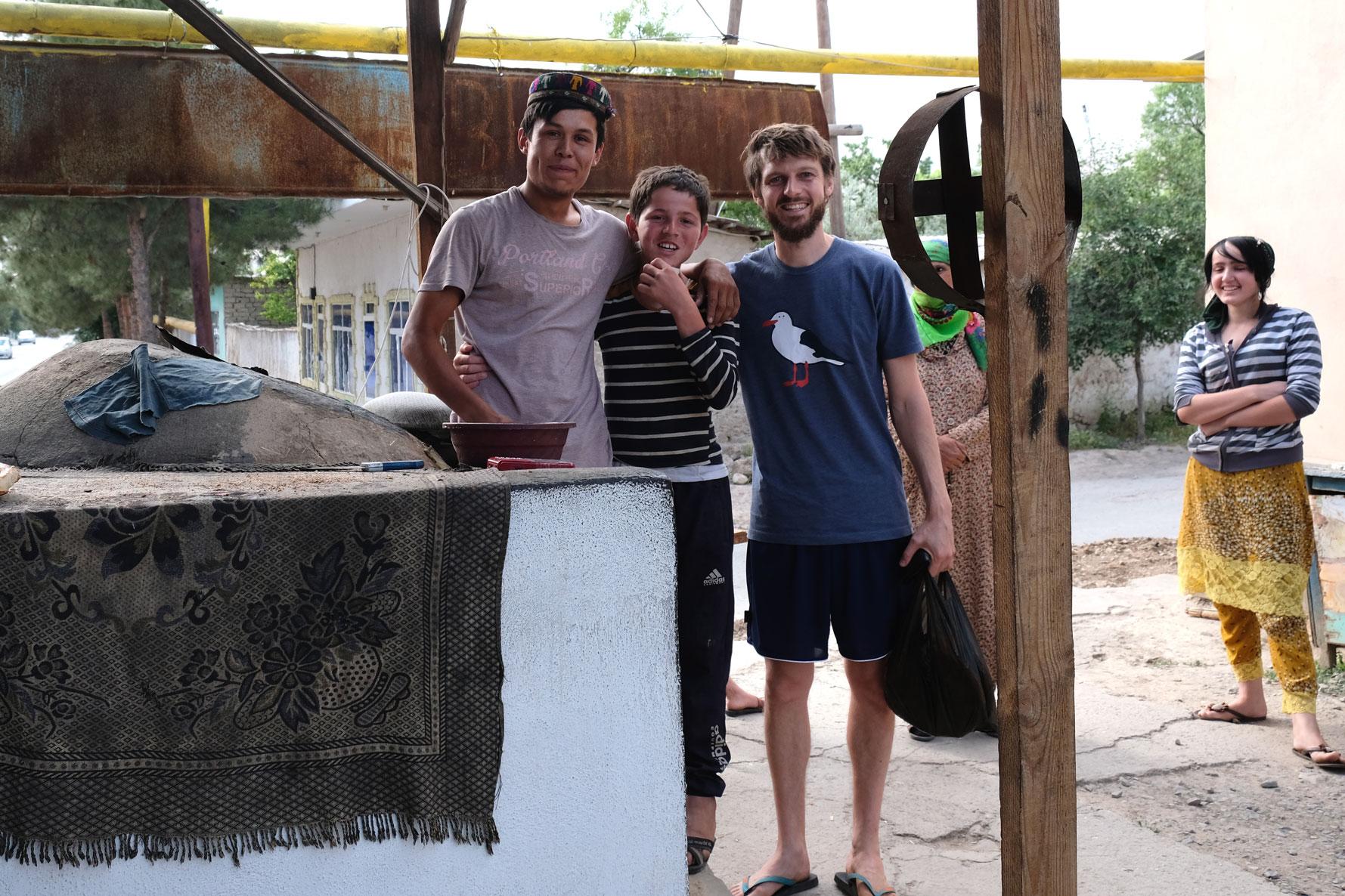 Sebastian mit zwei Kindern neben einem Brotofen