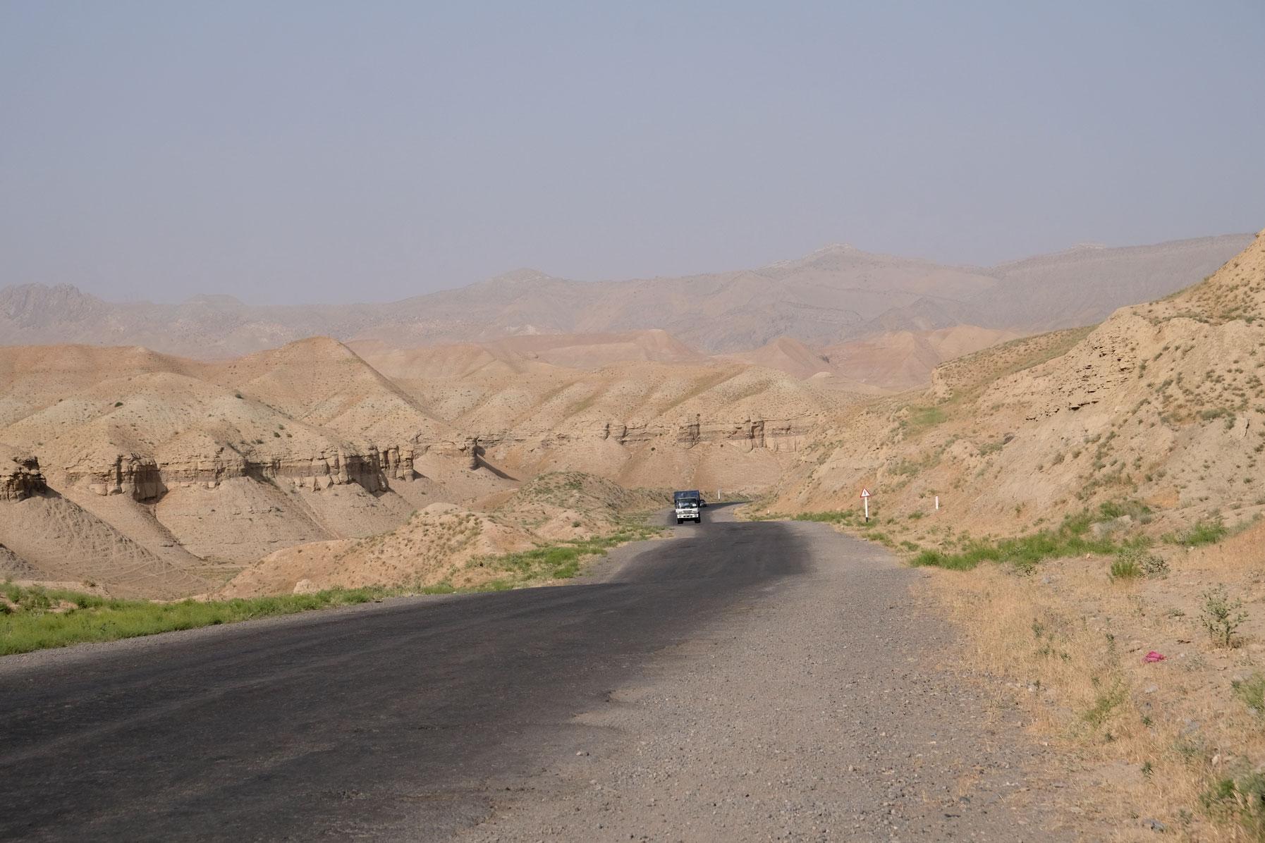 Gebirgsstraße bei Denov in Usbekistan