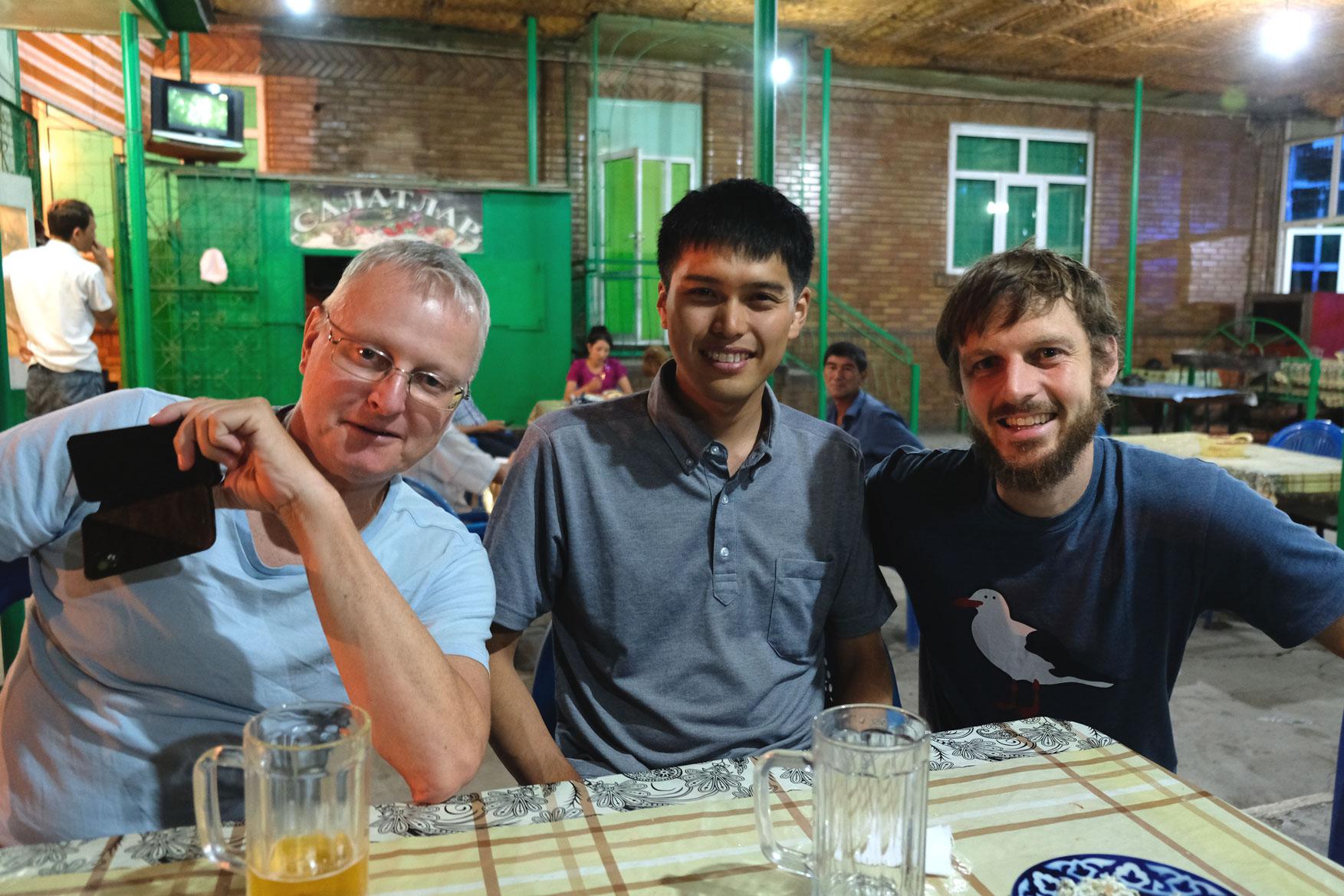 Sebastian sitzt mit Thomas und Ichiro an einem Tisch
