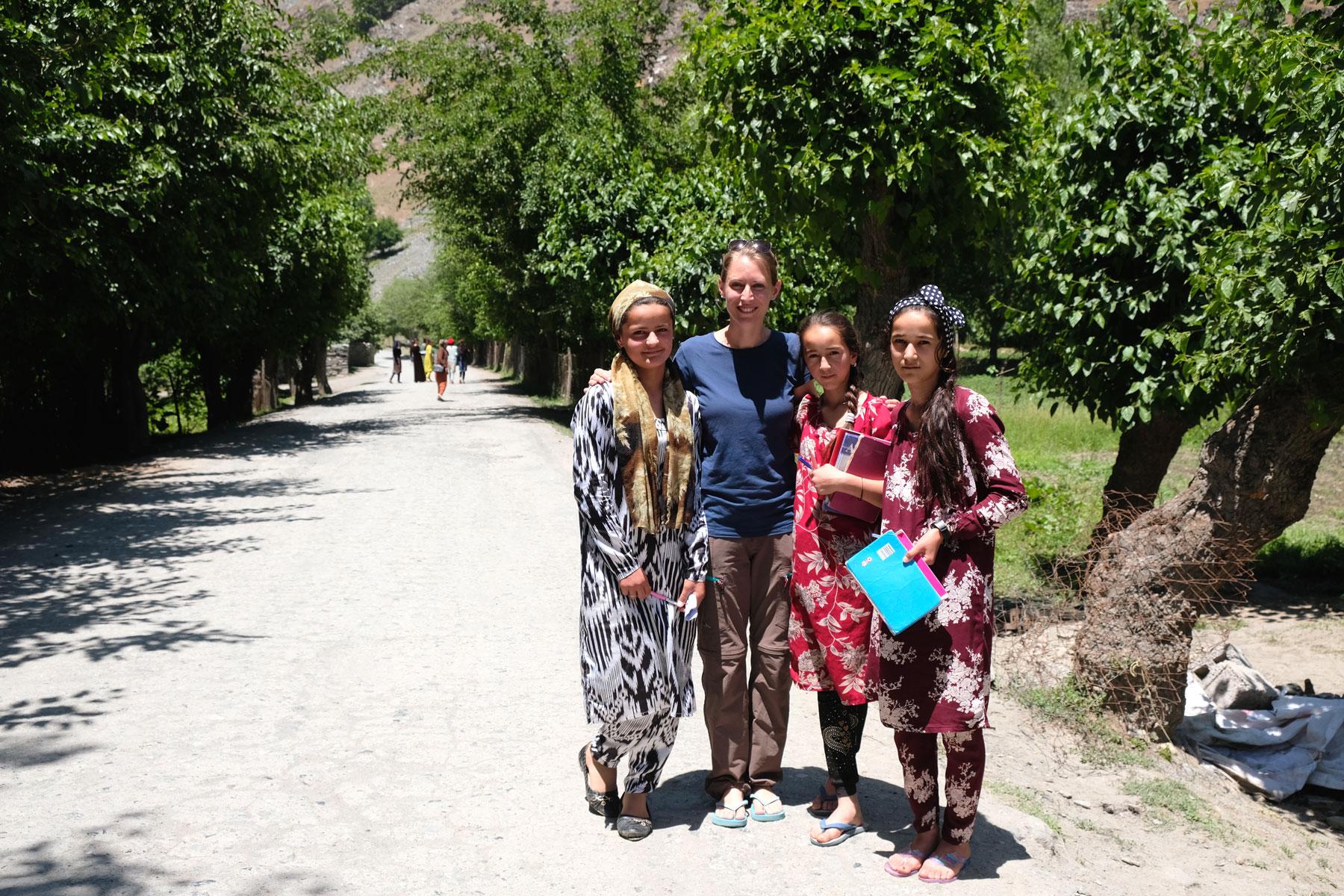 Leo mit drei tadschikischen Schulmädchen.