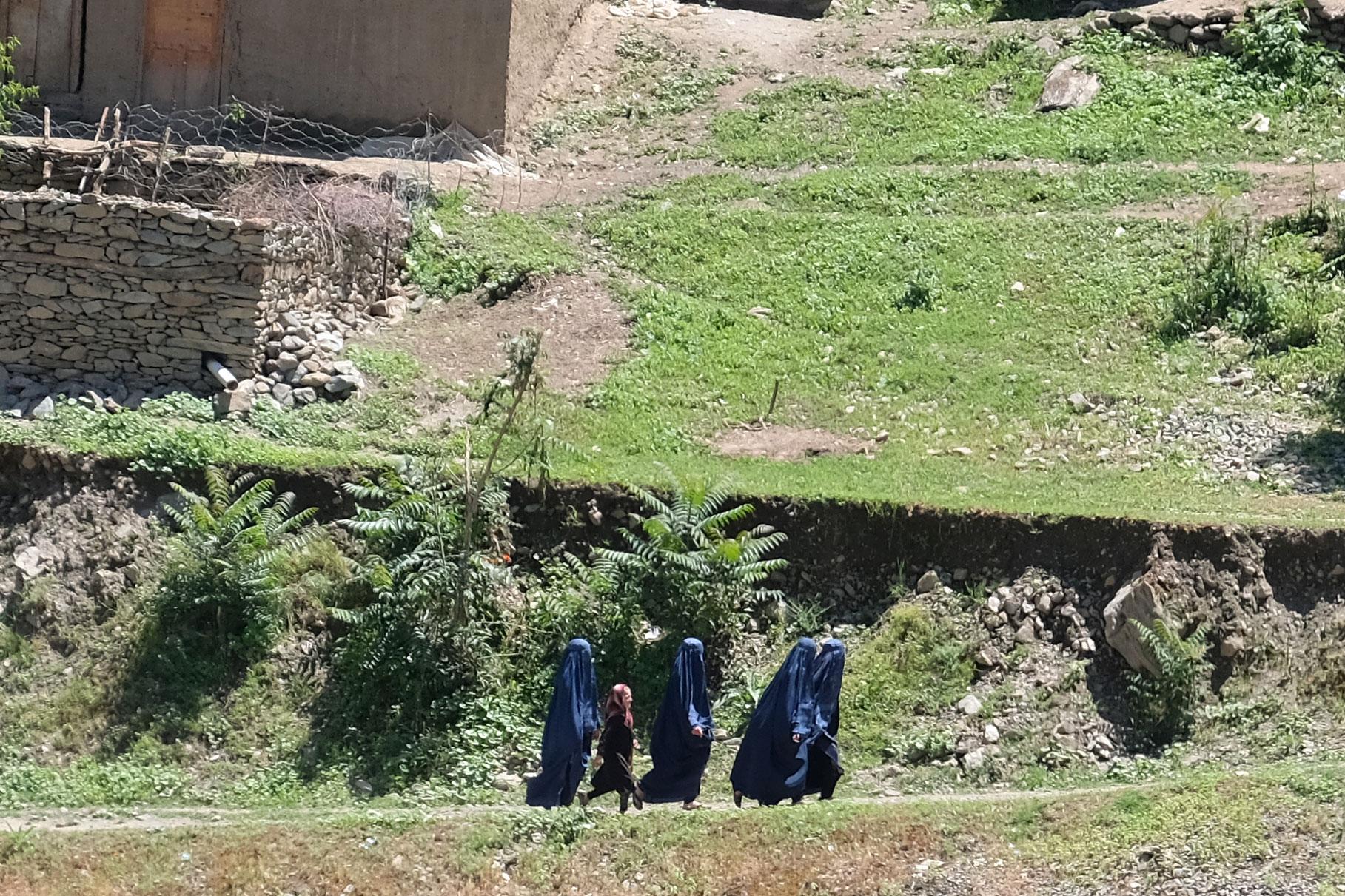 Afghanische Schulmädchen mit Burka bekleidet.