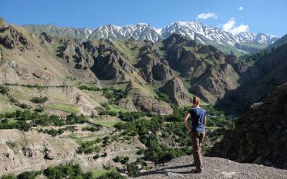 Leo blickt auf ein Dorf in Afghanistan