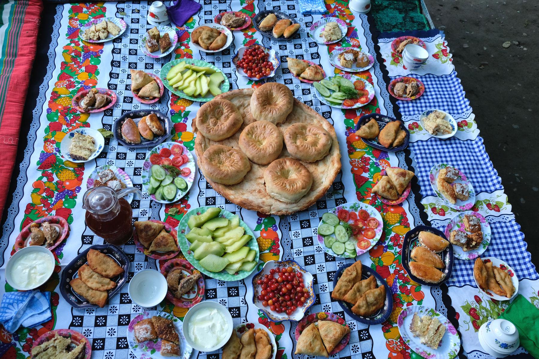 Ein reich gedeckter Tisch zum Fastenbrechenfest Iftar