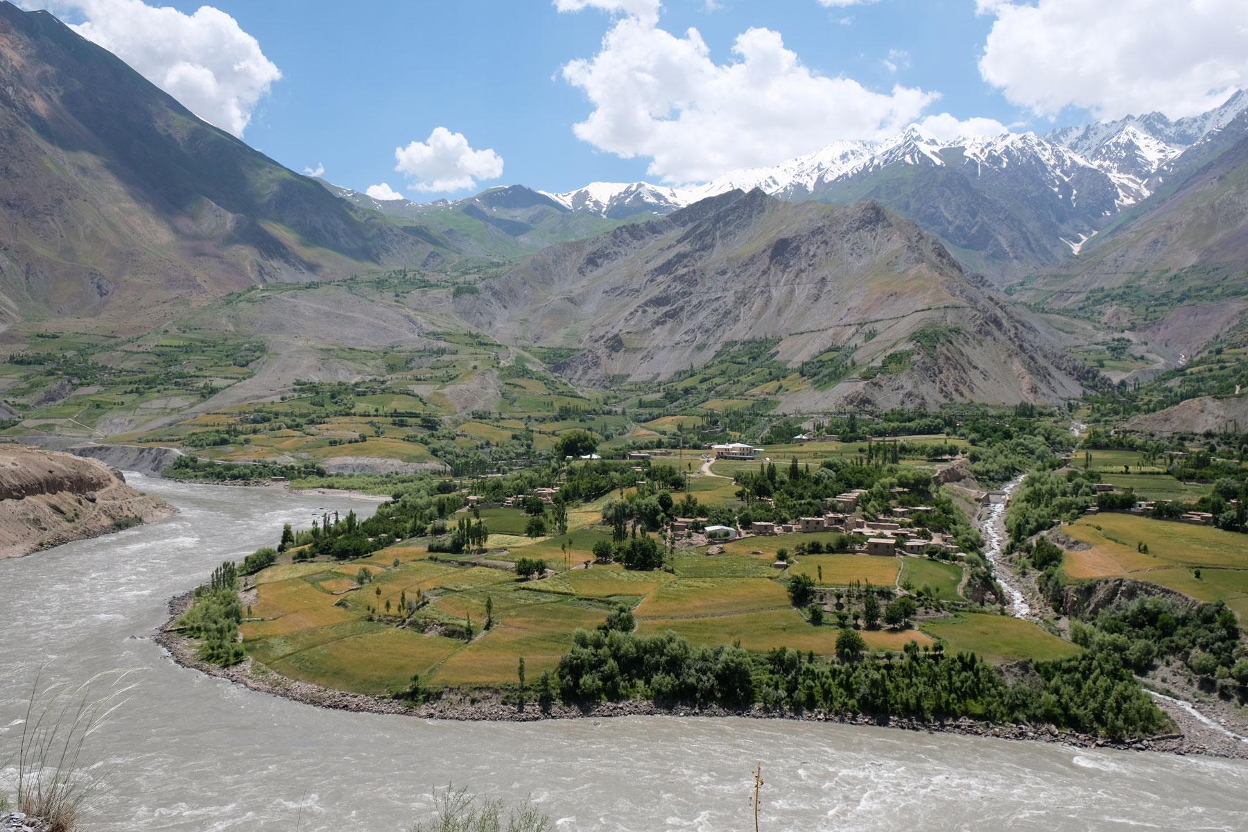 Der Fluss Panj und ein afghanisches Dorf.
