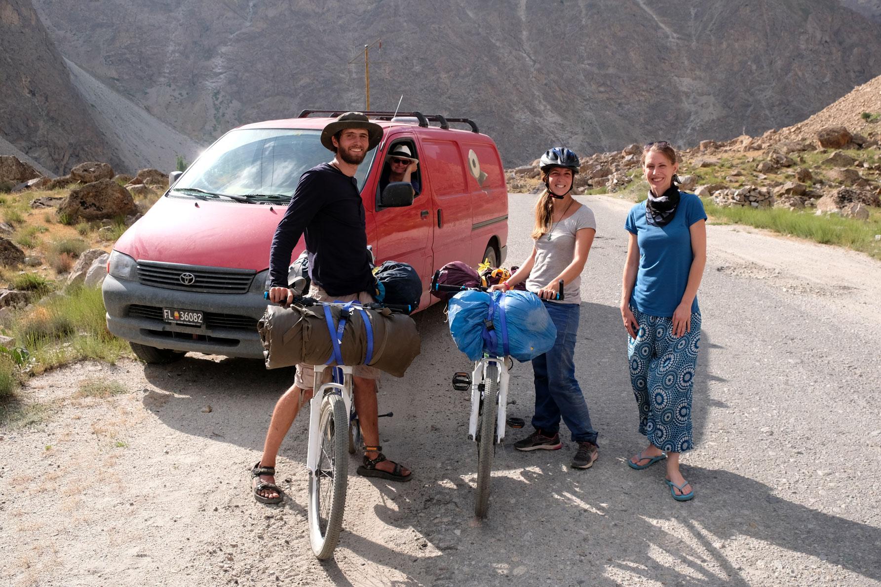 Leo neben zwei Radfahrern auf dem Pamir Highway.