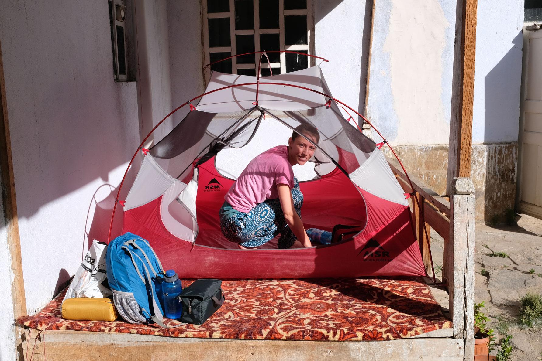 Leo in einem Zelt.