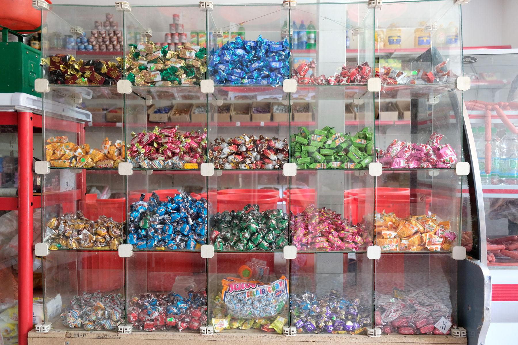 Süßigkeiten in Glasvitrinen.