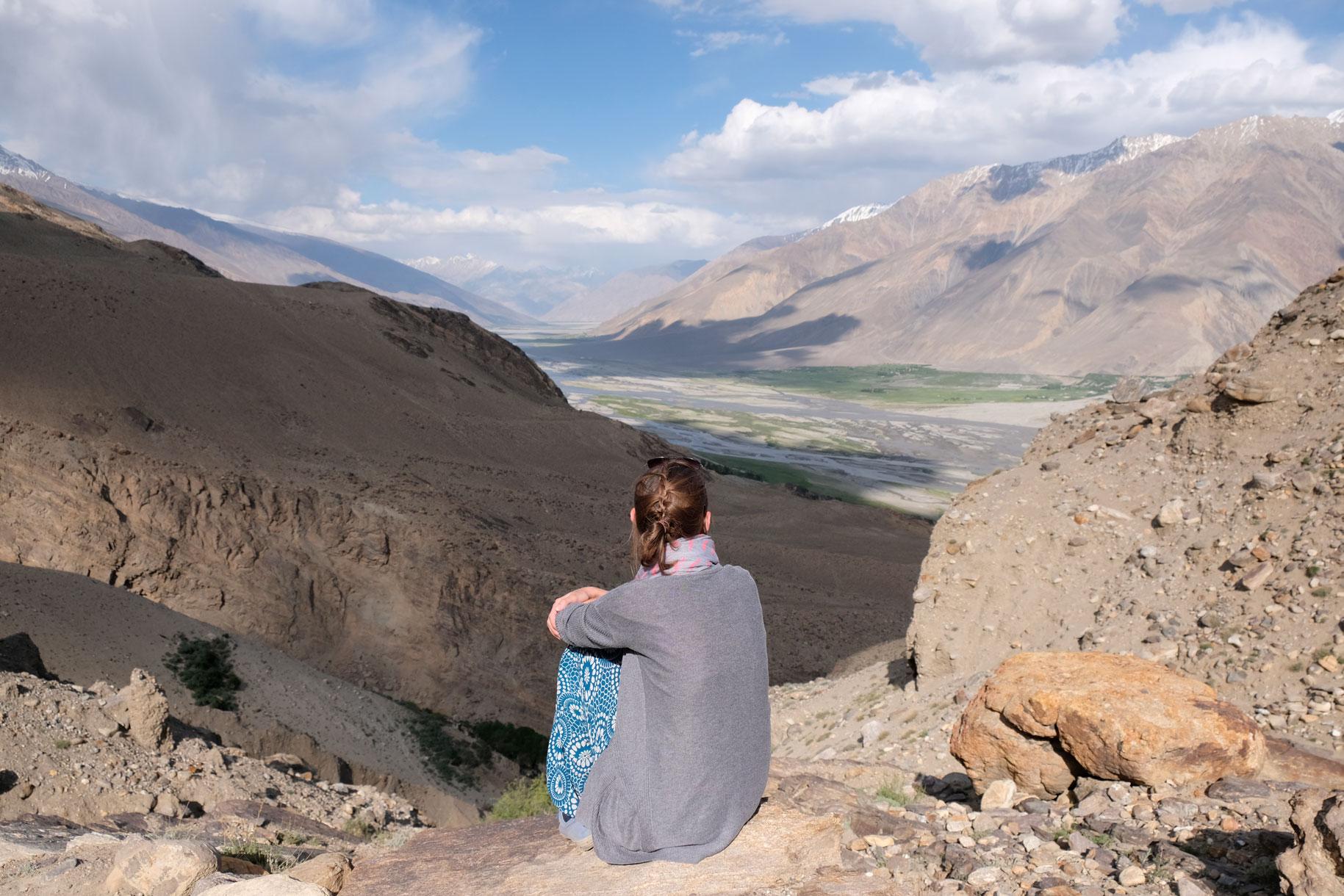 Leo sitzt vor dem Wakhan Valley.