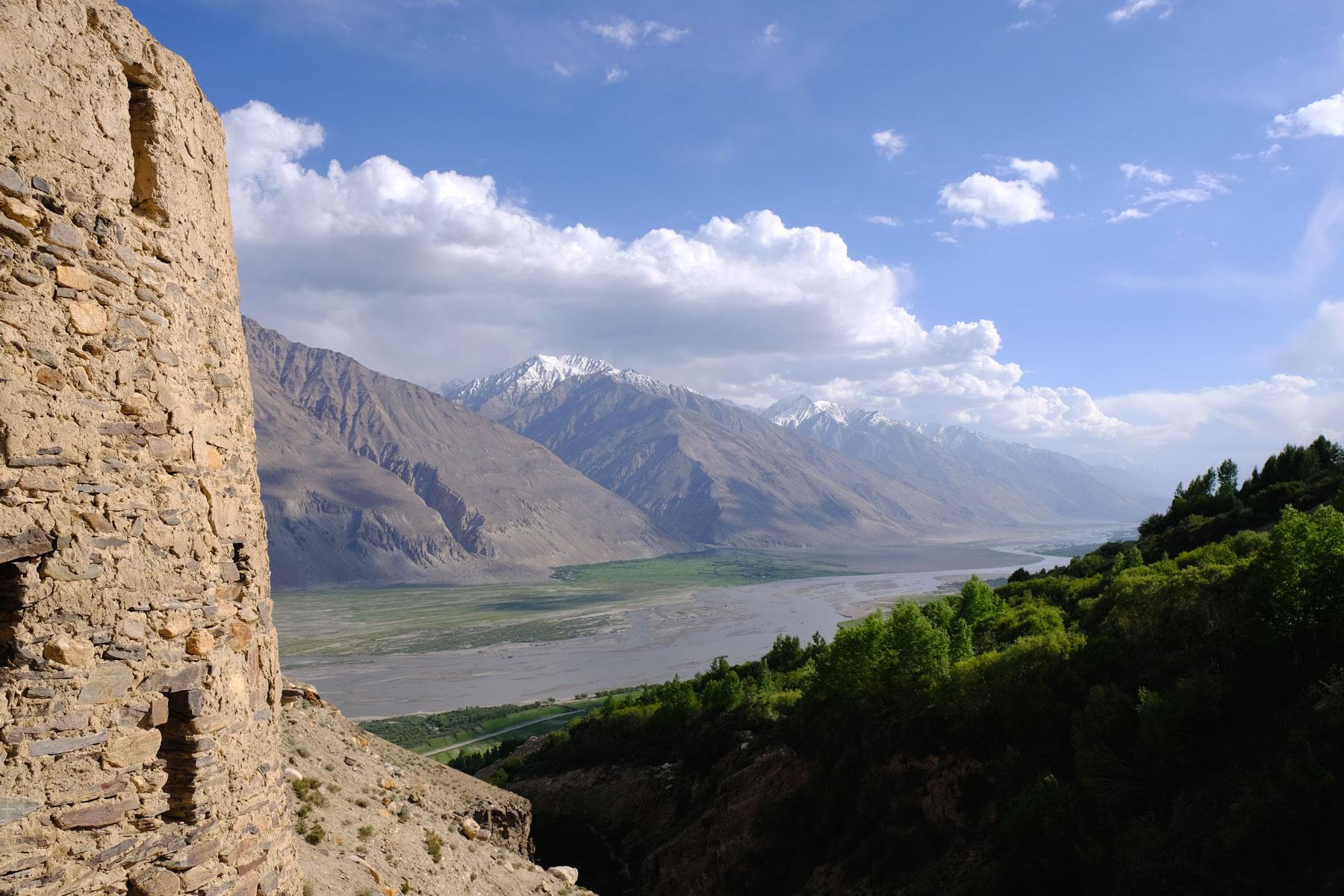 Ein Steinturm mit Blick auf den Panj Fluss im Wakhan Valley.