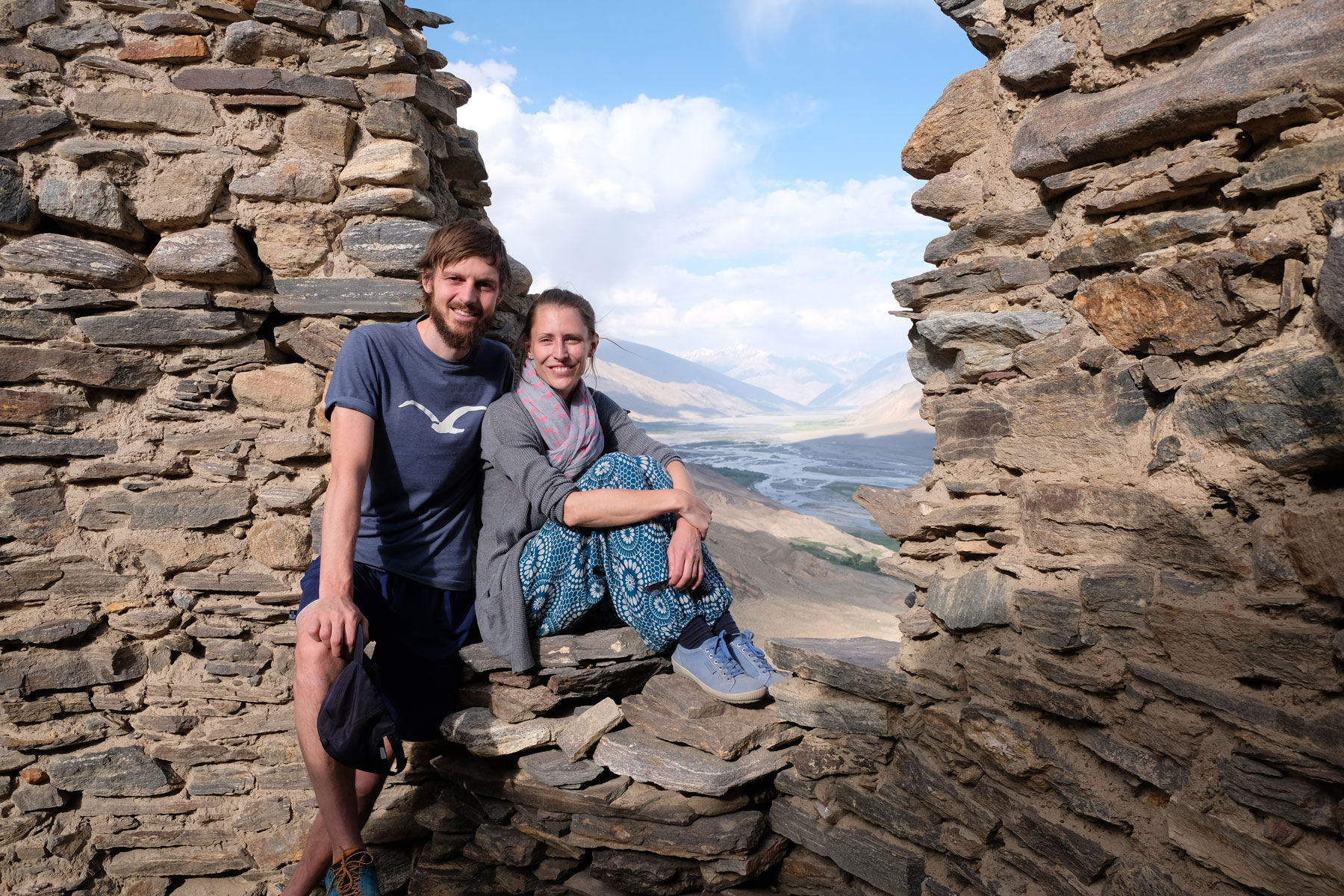 Sebastian und Leo in einem Fenster des Yamchun Forts im Wahkan Valley.