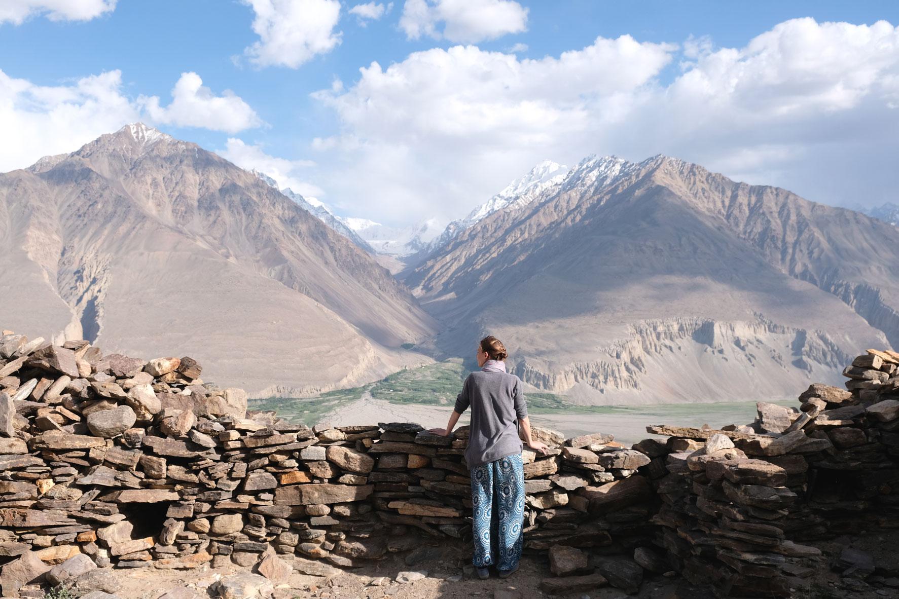 Leo blickt von einer Mauer des Yamchun Forts auf das Pamirgebirge in Afghanistan.