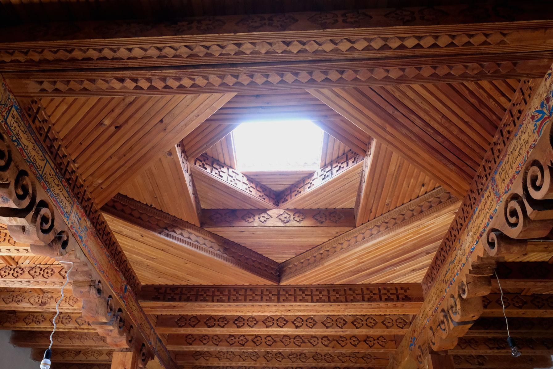 Holzdecke mit Fenster in einem Pamirhaus.