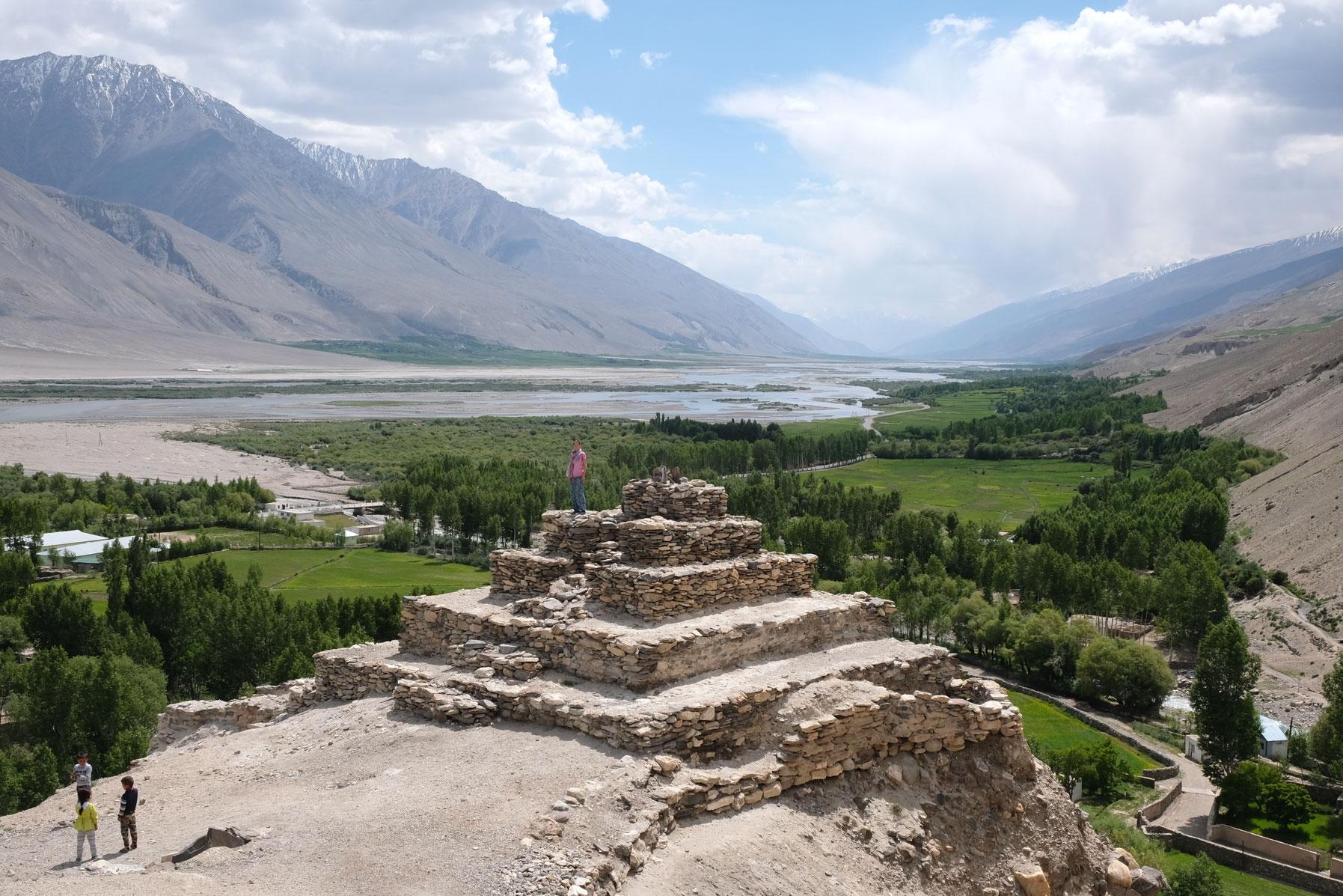 Leo auf der Stupa in Vrang mit Blick auf das Wakhan Valley.