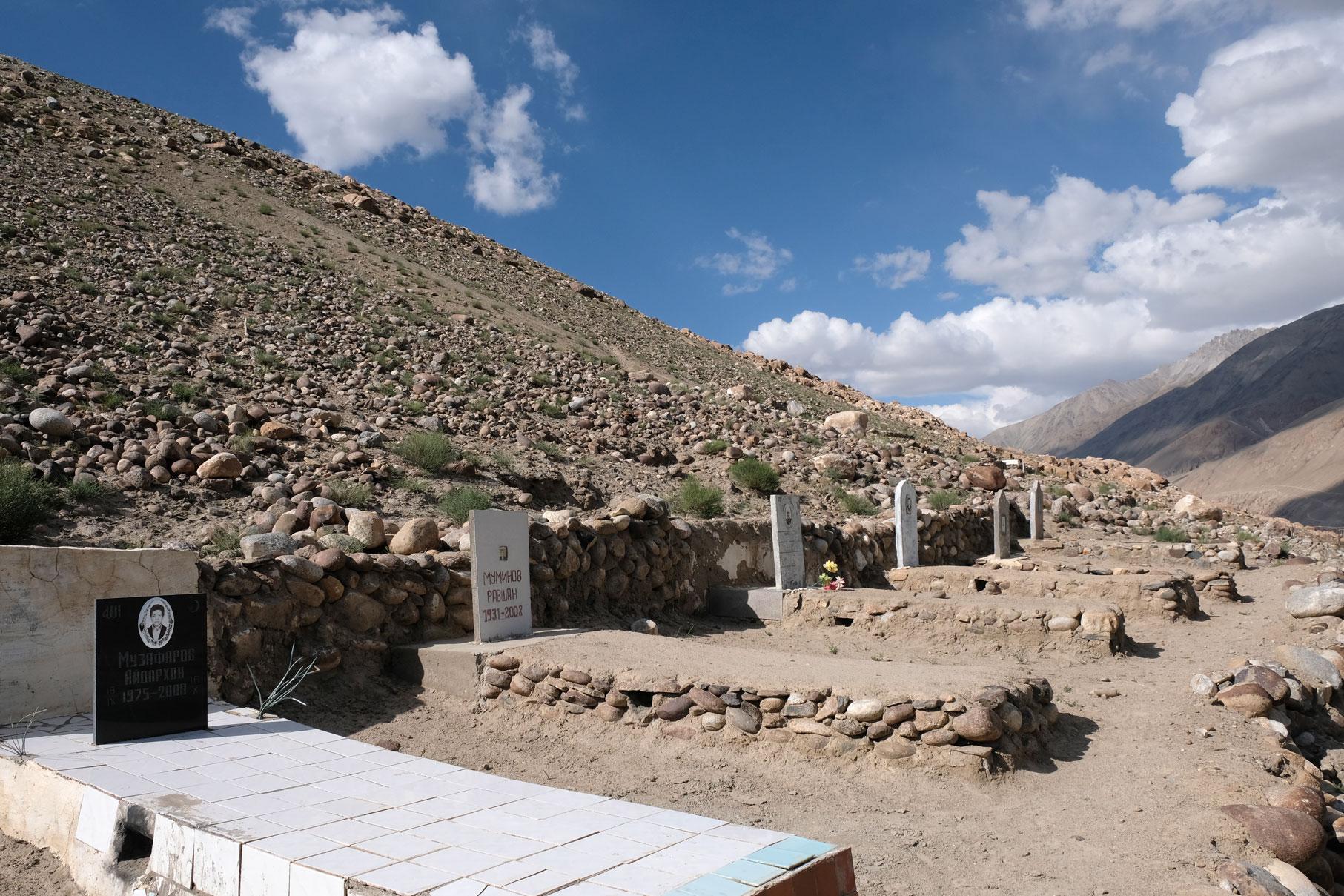 Gräber auf einem Berg.