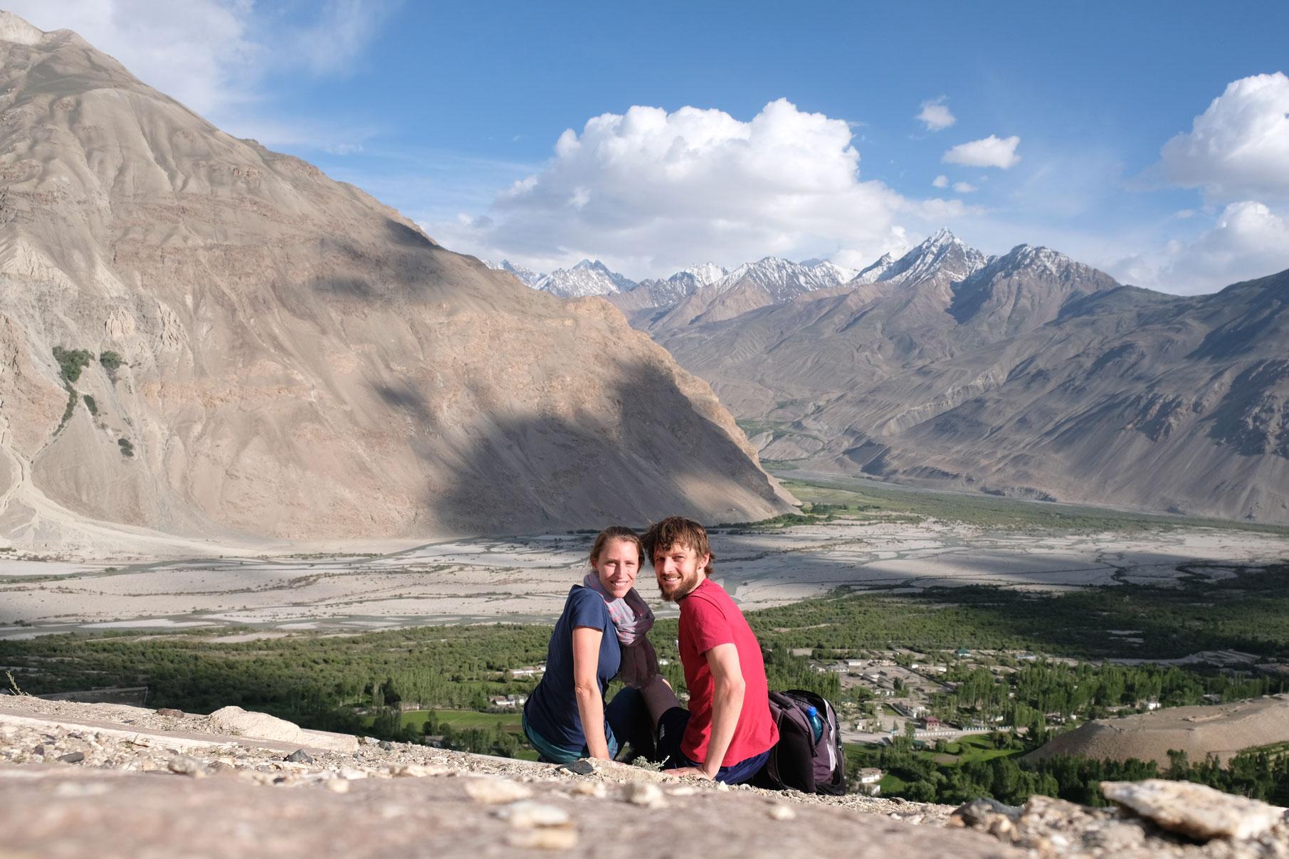 Leo und Sebastian schauen auf das Wakhan Valley im Pamirgebirge.