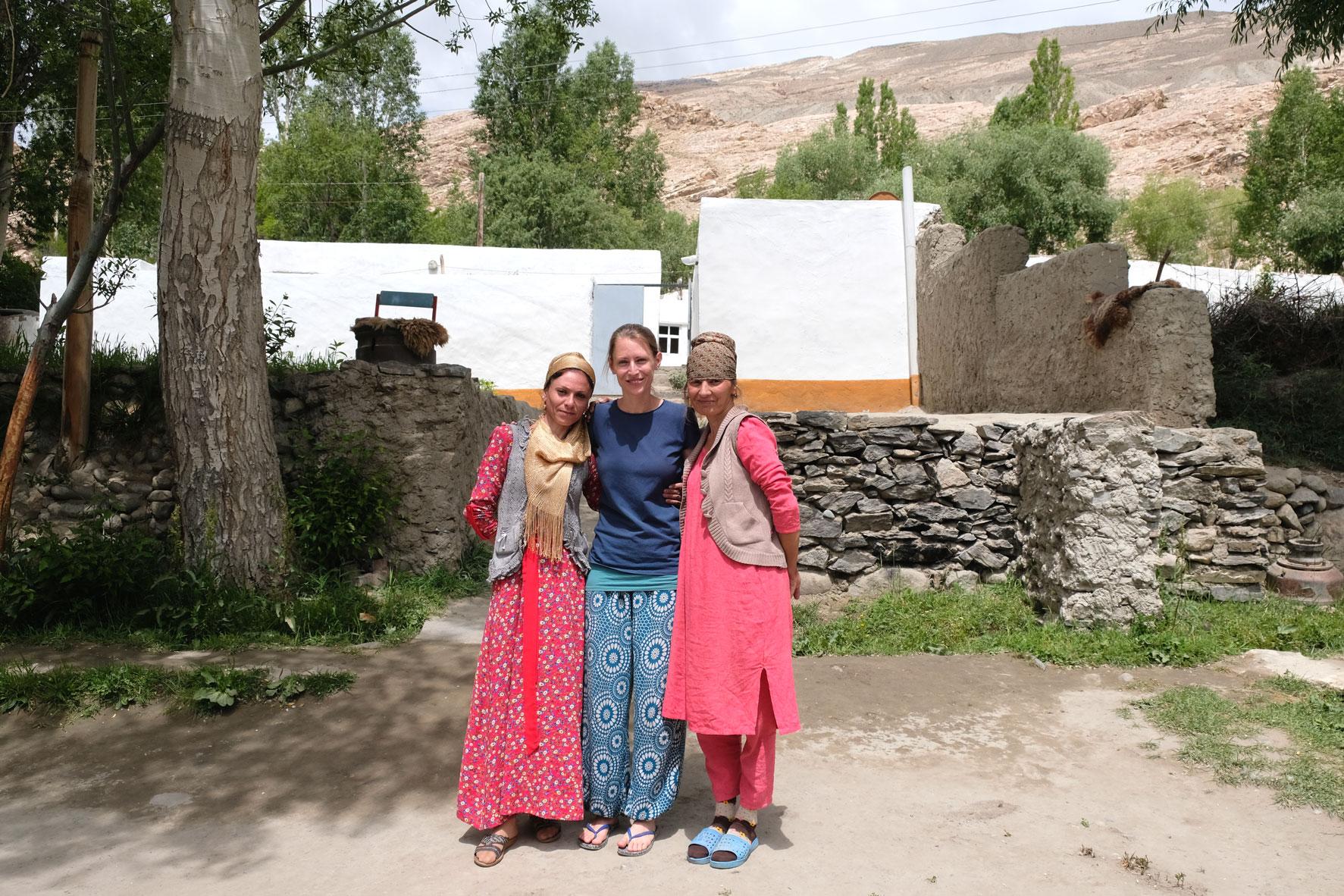 Leo neben zwei Frauen mit bunten Kleider.