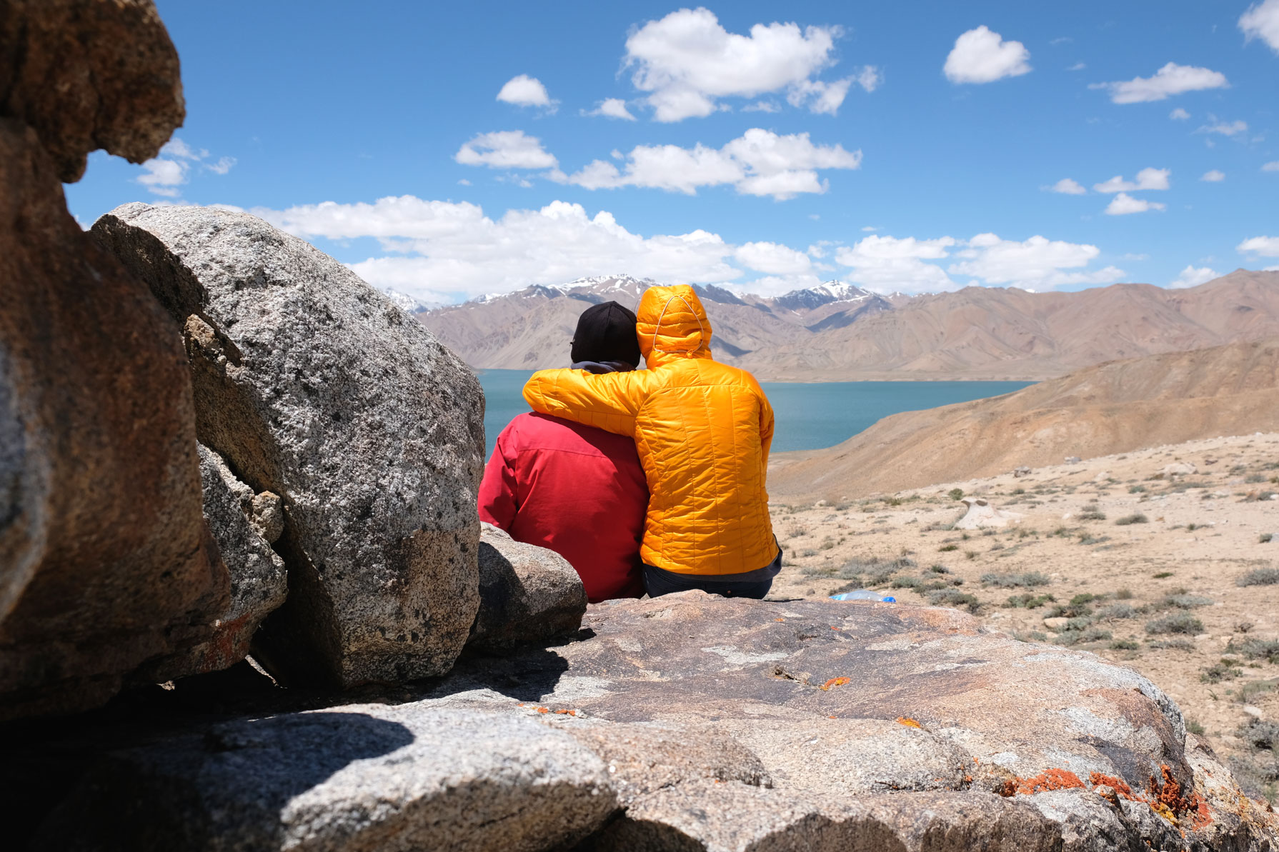 Sebastian und Leo blicken auf den Jaschilkul-See im Pamirgebirge.