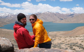 Sebastian und Leo vor dem Jaschilkul See im Pamirgebirge.