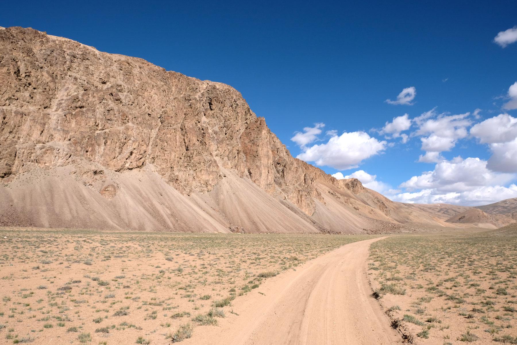 Schotterstraße auf dem Pamir Highway.