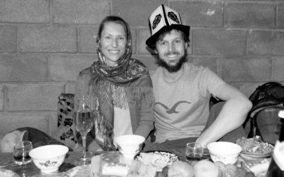 Leo mit Kopftuch und Sebastian mit kirgisischem Hut