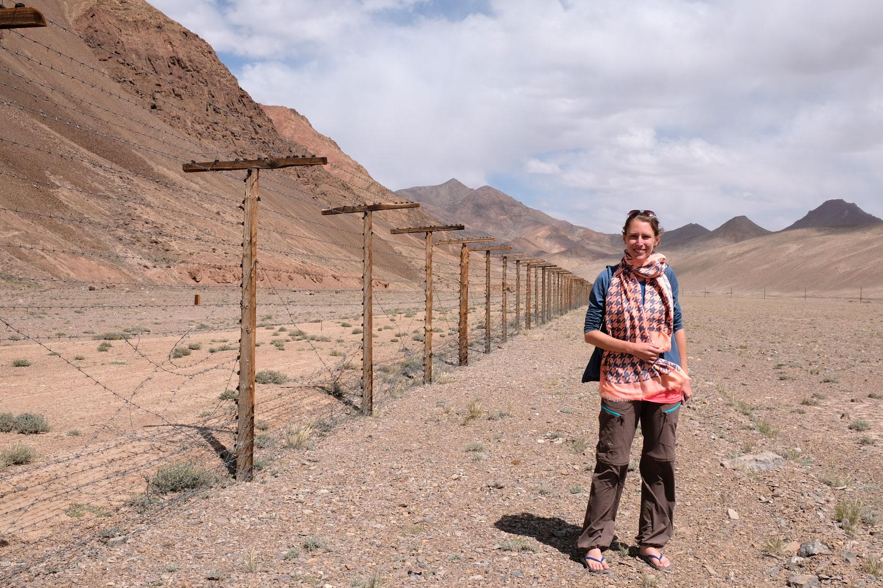 Leo neben dem Grenzzaun zwischen Tadschikistan und China.