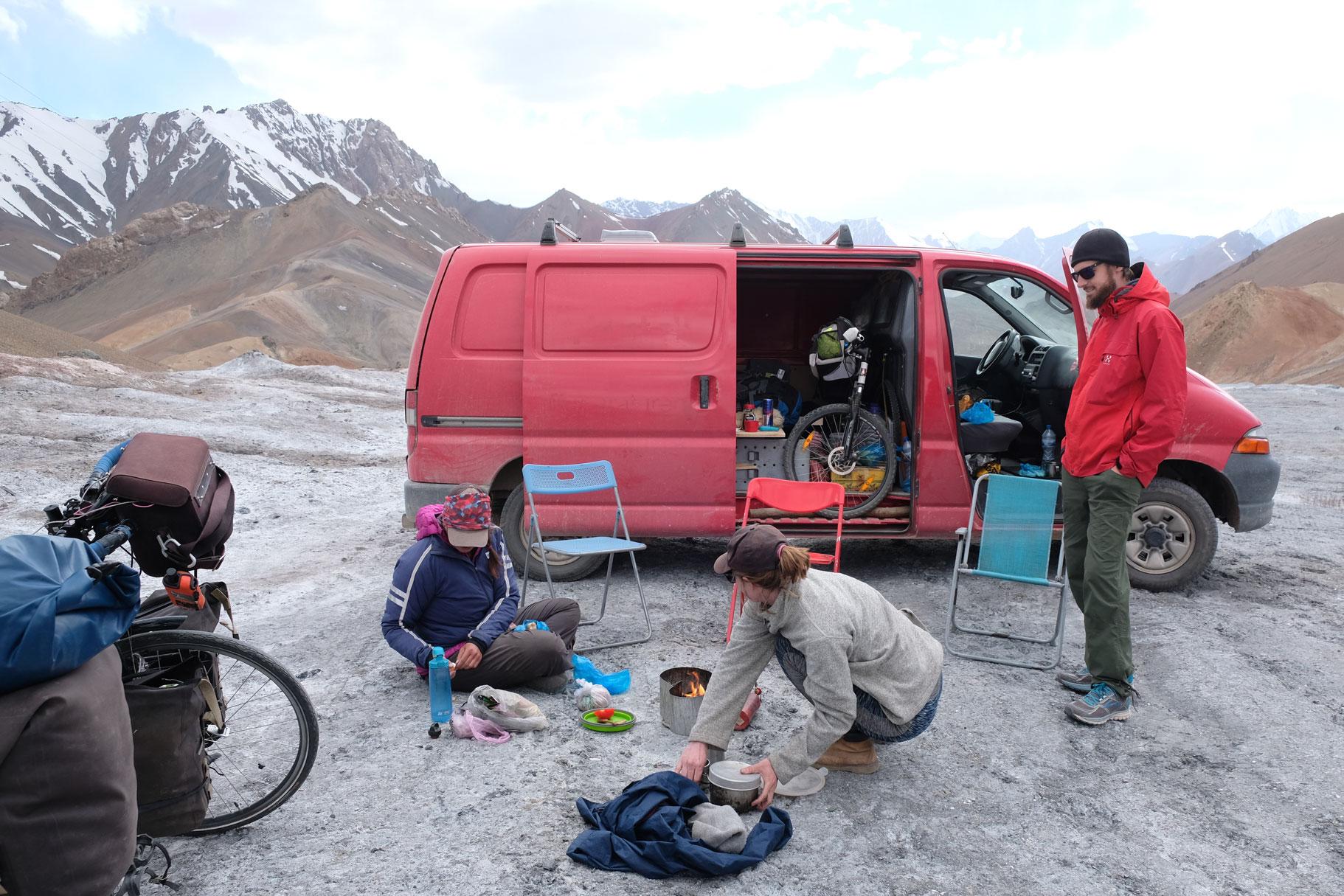 Picknick auf dem Ak Baital Pass.