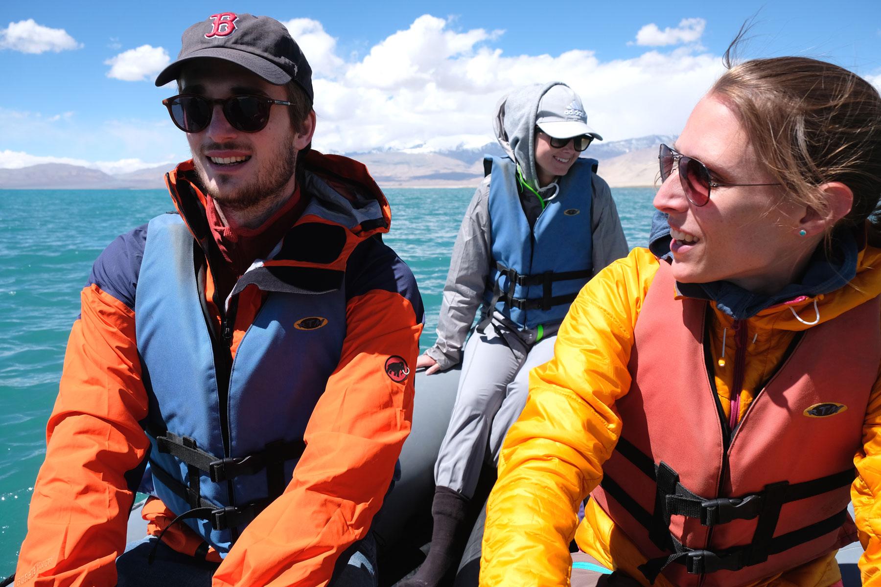 Leo neben Giacomo auf einem Schlauchboot auf dem Karakul See.