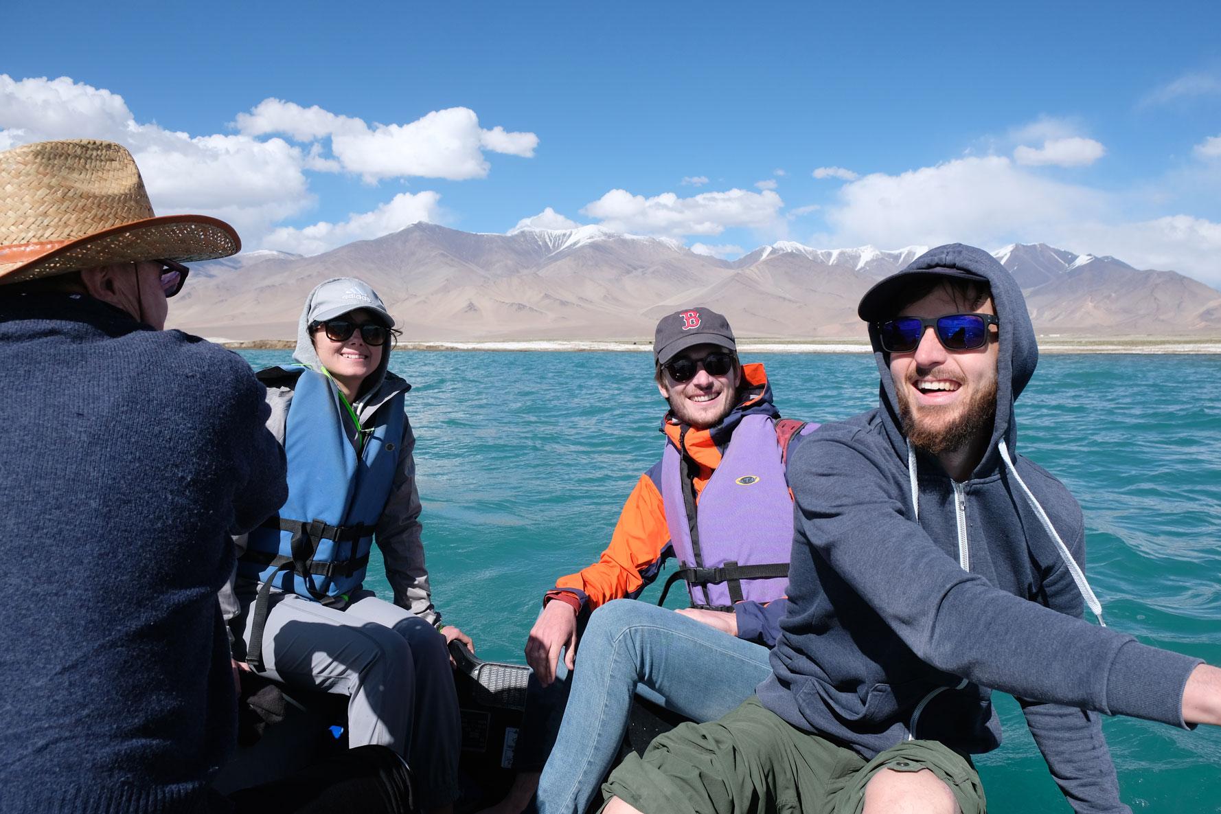 Sebastian, Thomas, Carola und Giacomo in einem Rudervoot auf dem Karakul See in Tadschikistan.
