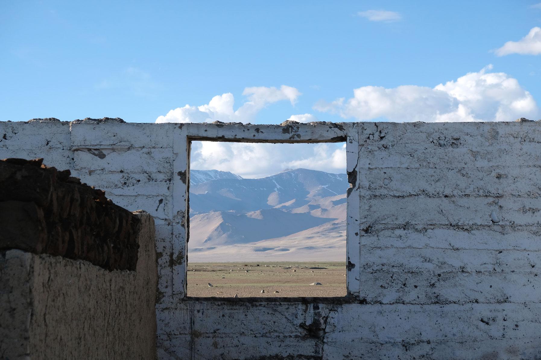 Ein Fenster mit Blick auf das Pamirgebirge.