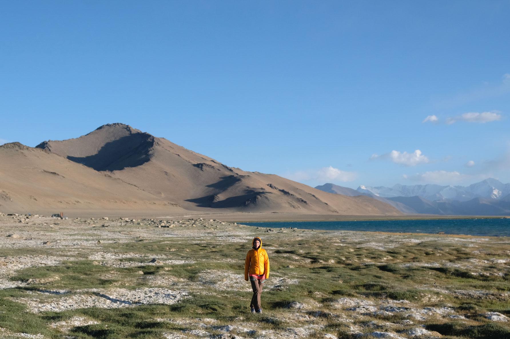 Leo spaziert am Ufer des Karakul Sees.
