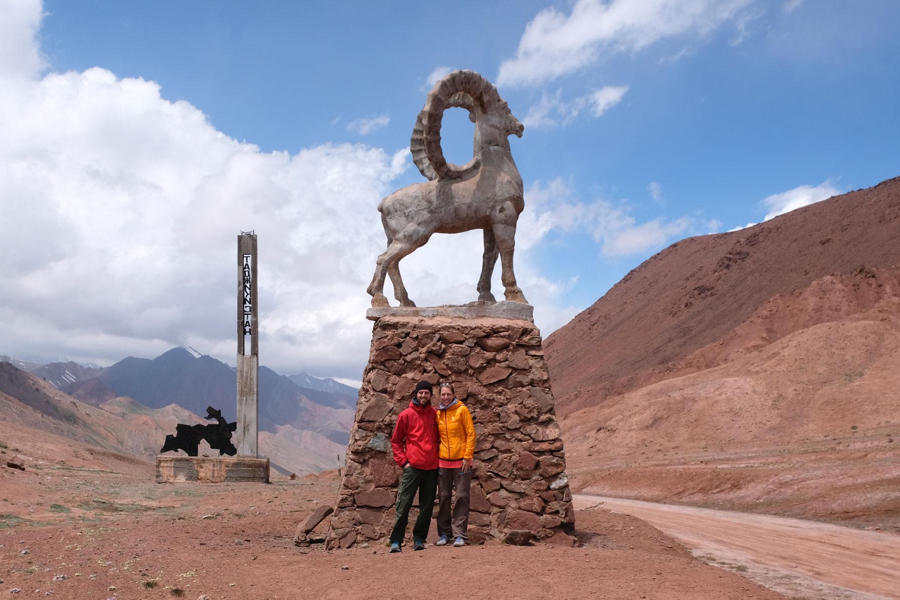 Sebastian und Leo vor einer Statue eines Steinbocks.