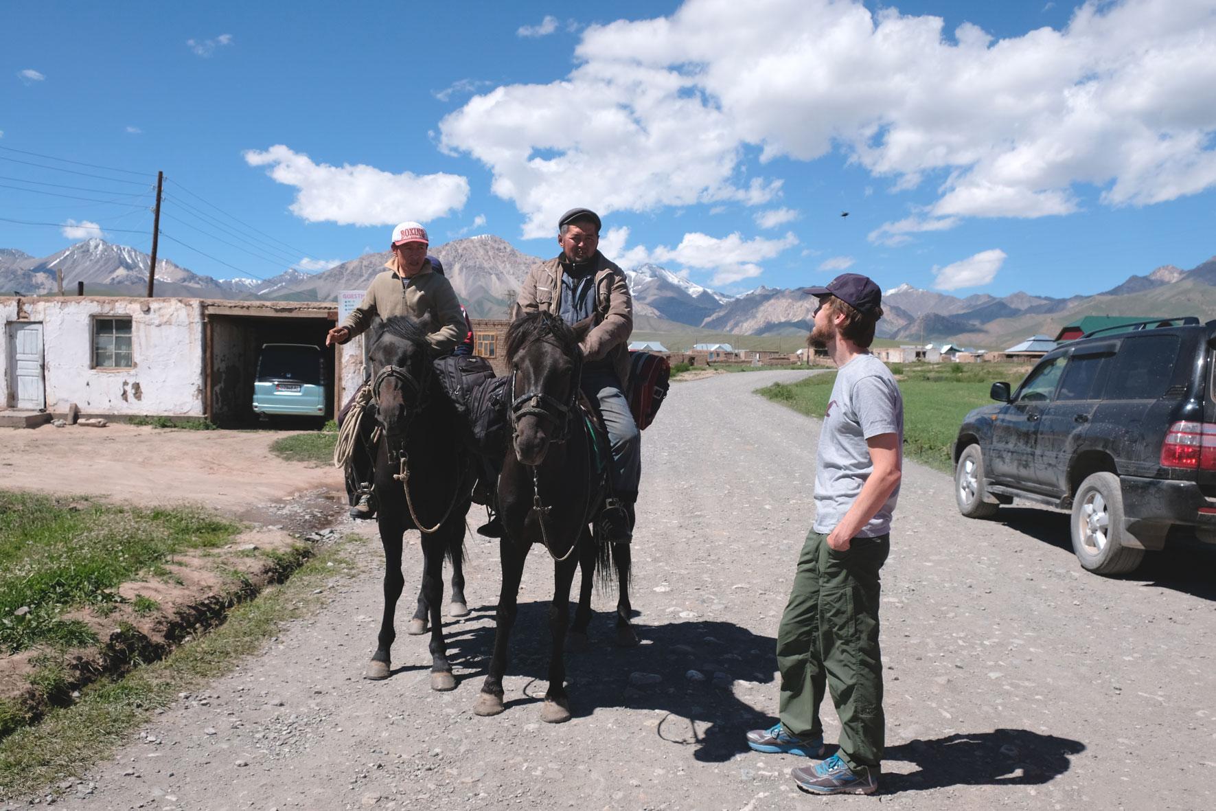 Sebastian unterhält sich mit zwei Reitern in Sary Tasch.