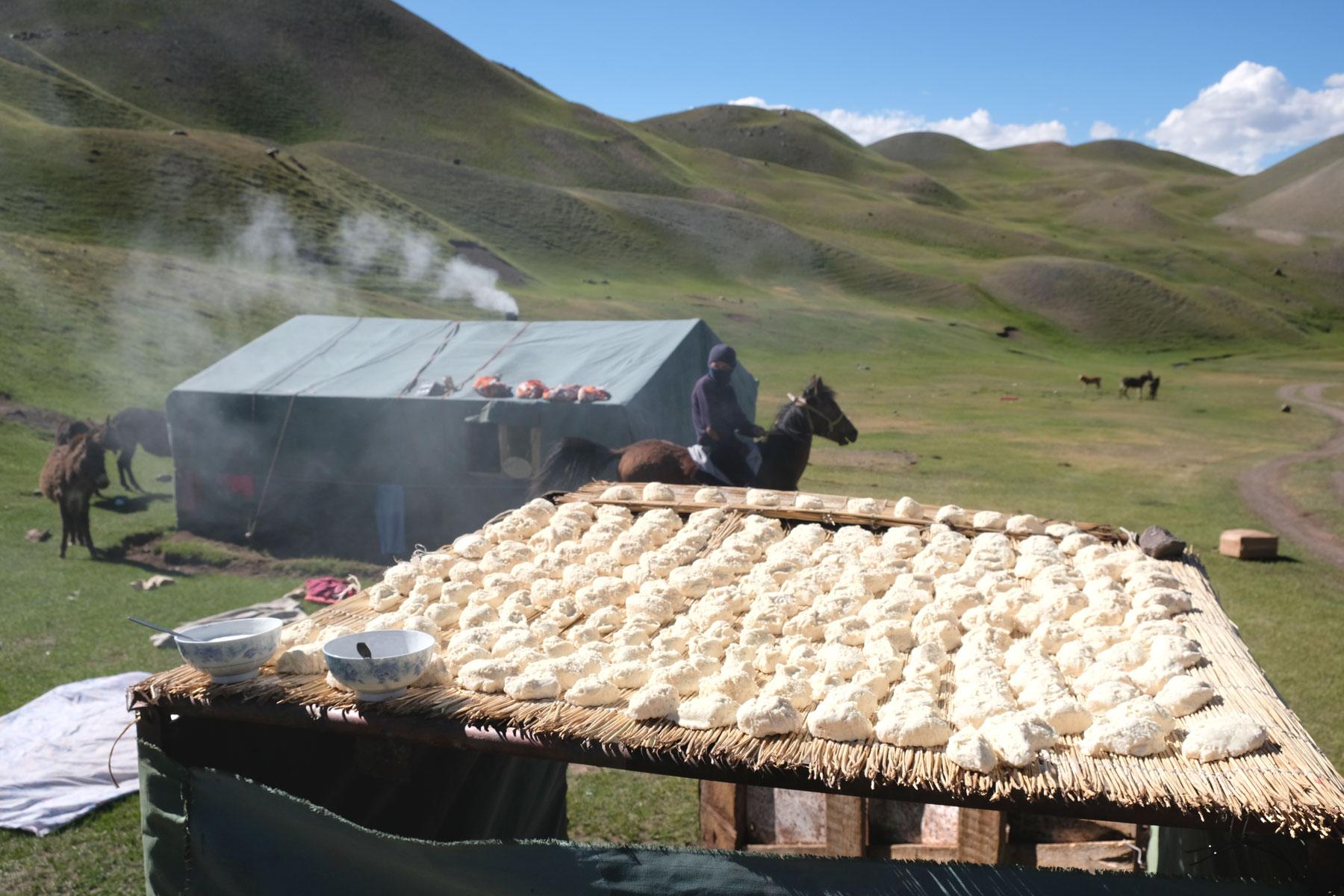 Auf dem Dach einer Hütte wird kirgisischer Käse getrocknet.