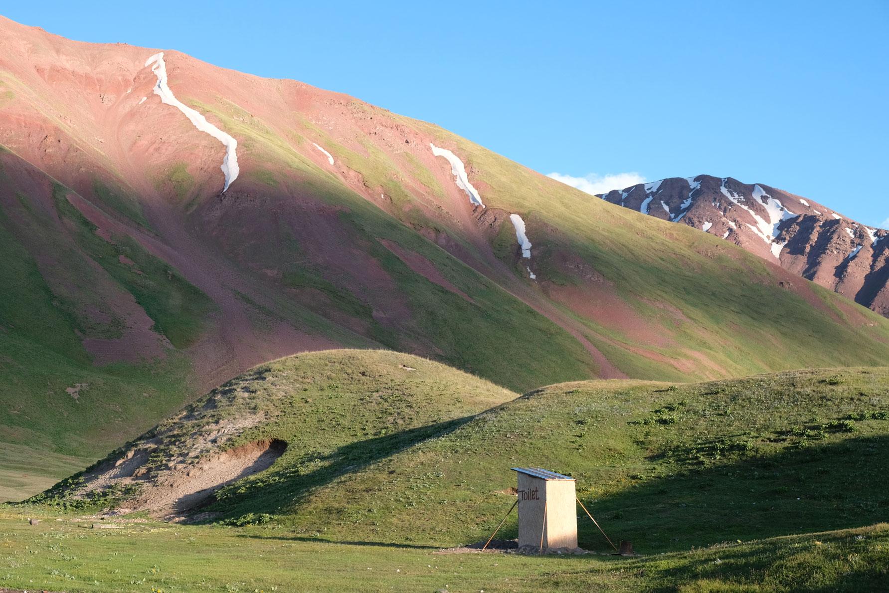 Toilettenhäusschen in den Bergen.