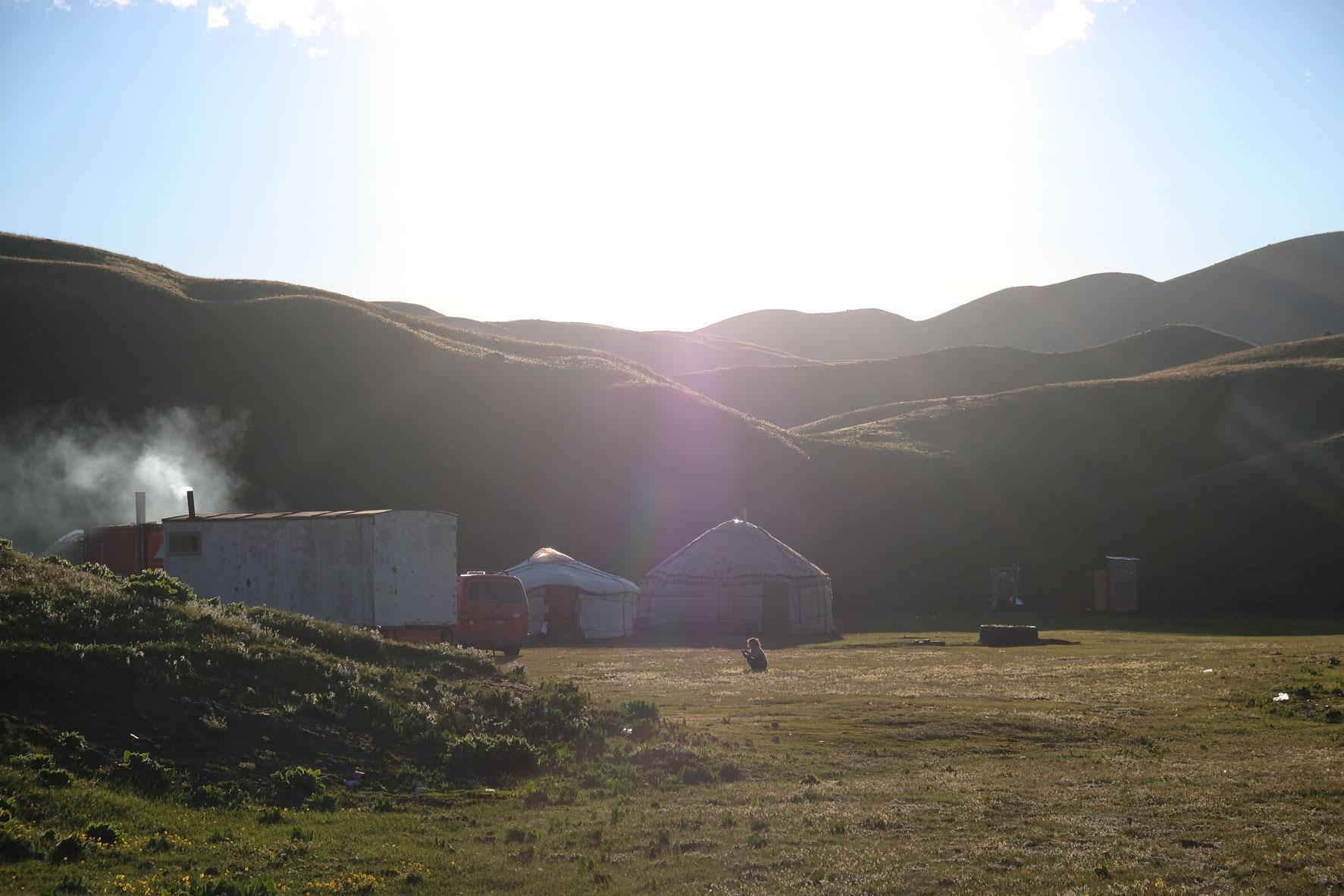 Jurtencamp und Berge.