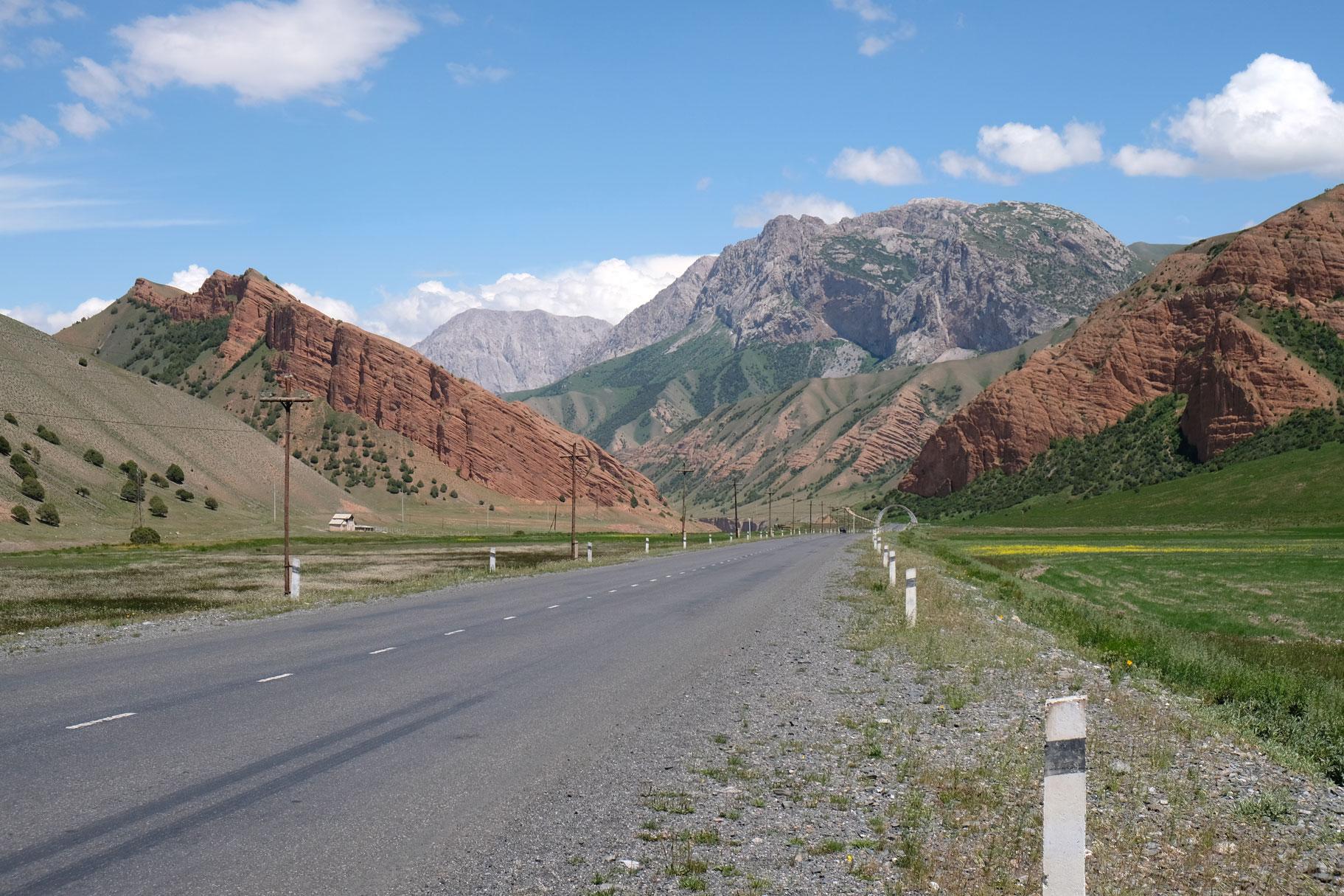 Eine Straße im Gebirge.