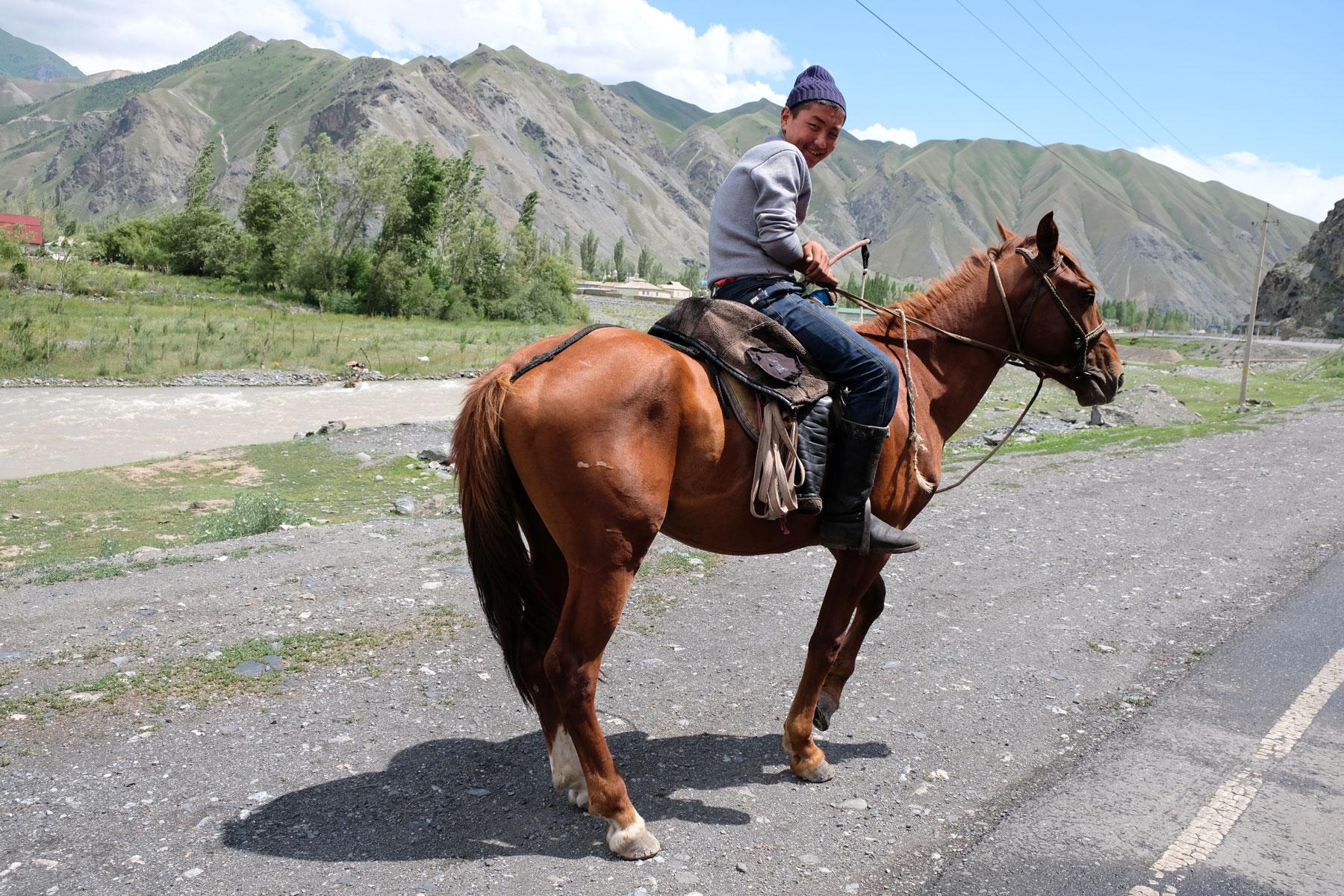Ein Mann sitzt auf einem Pferd.