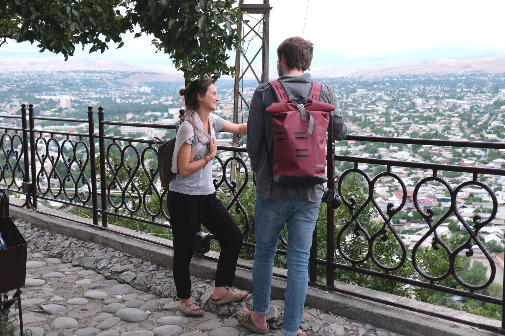 Carola und Giacomo blicken auf Osch in Kirgistan.