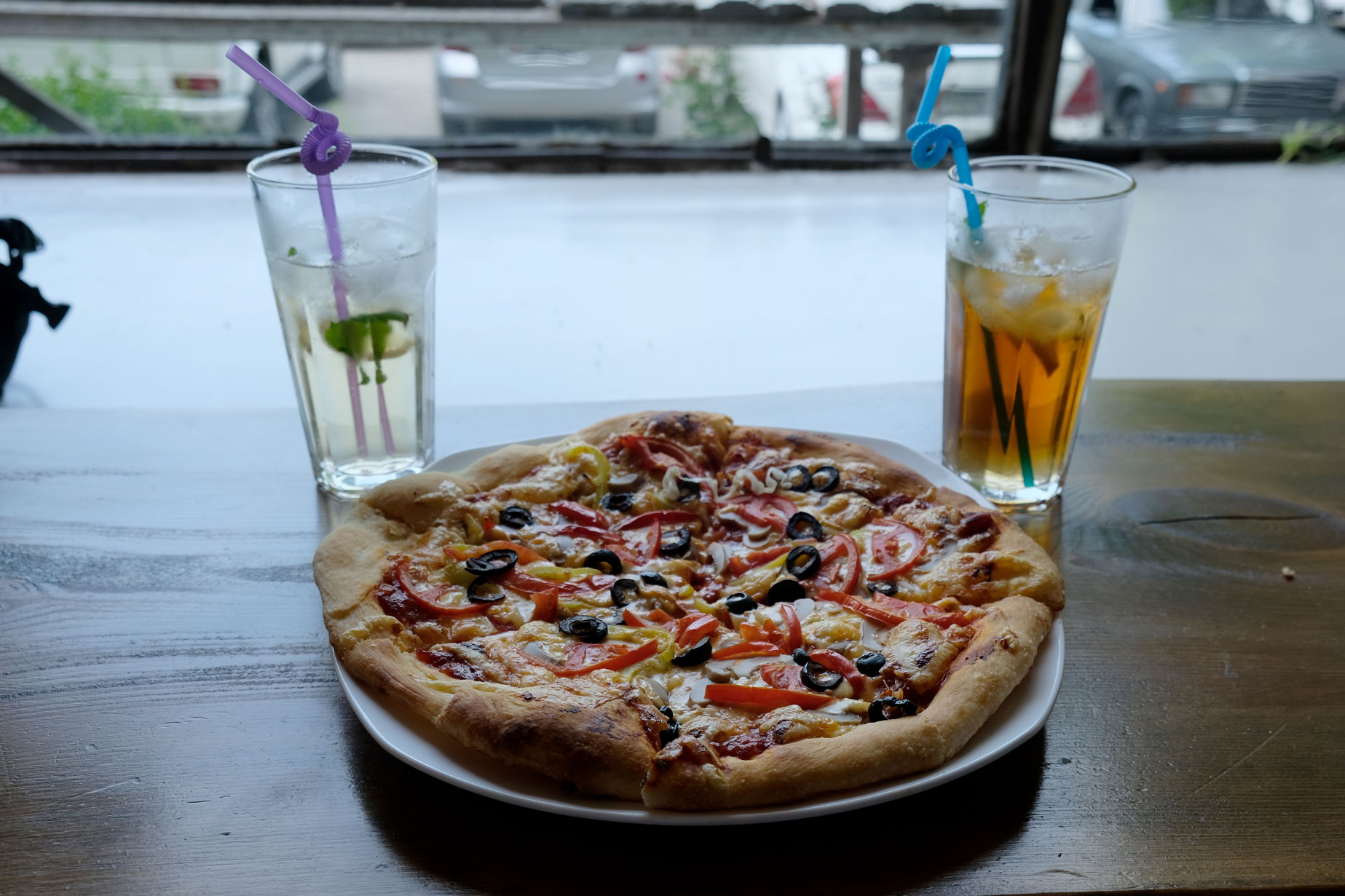 Eine Pizza und zwei Getränke.
