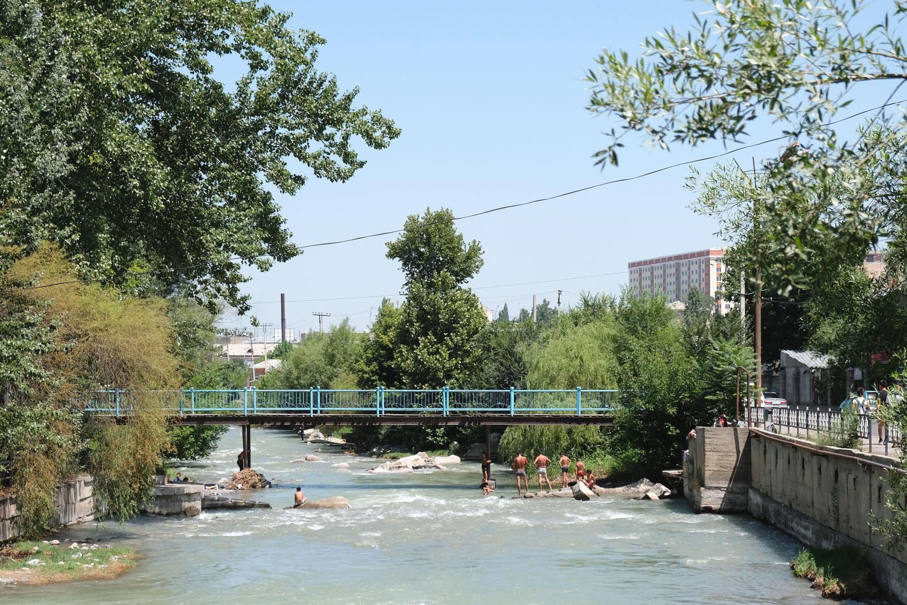 Menschen baden in einem Fluss.