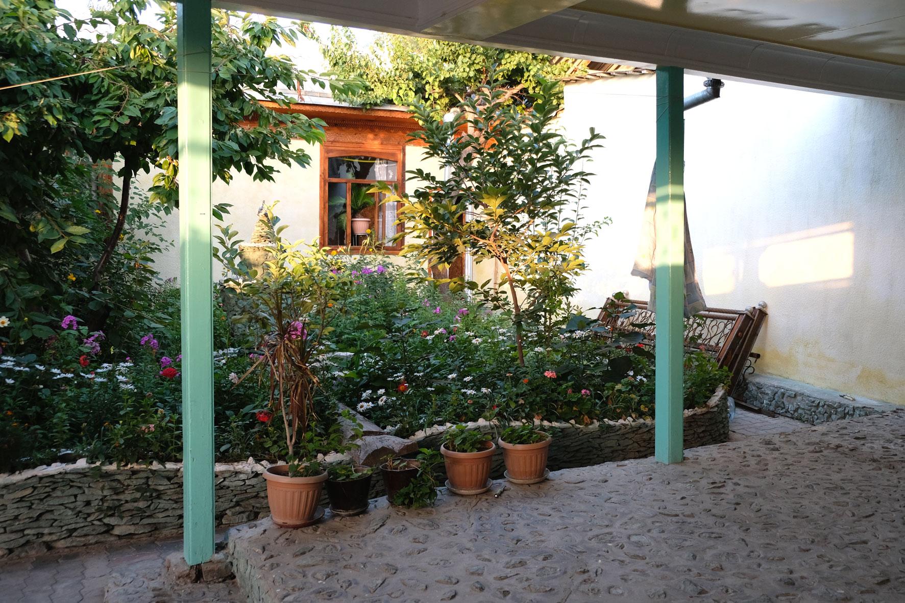 In unserem schönen kleinen Hostelgarten entspannen...