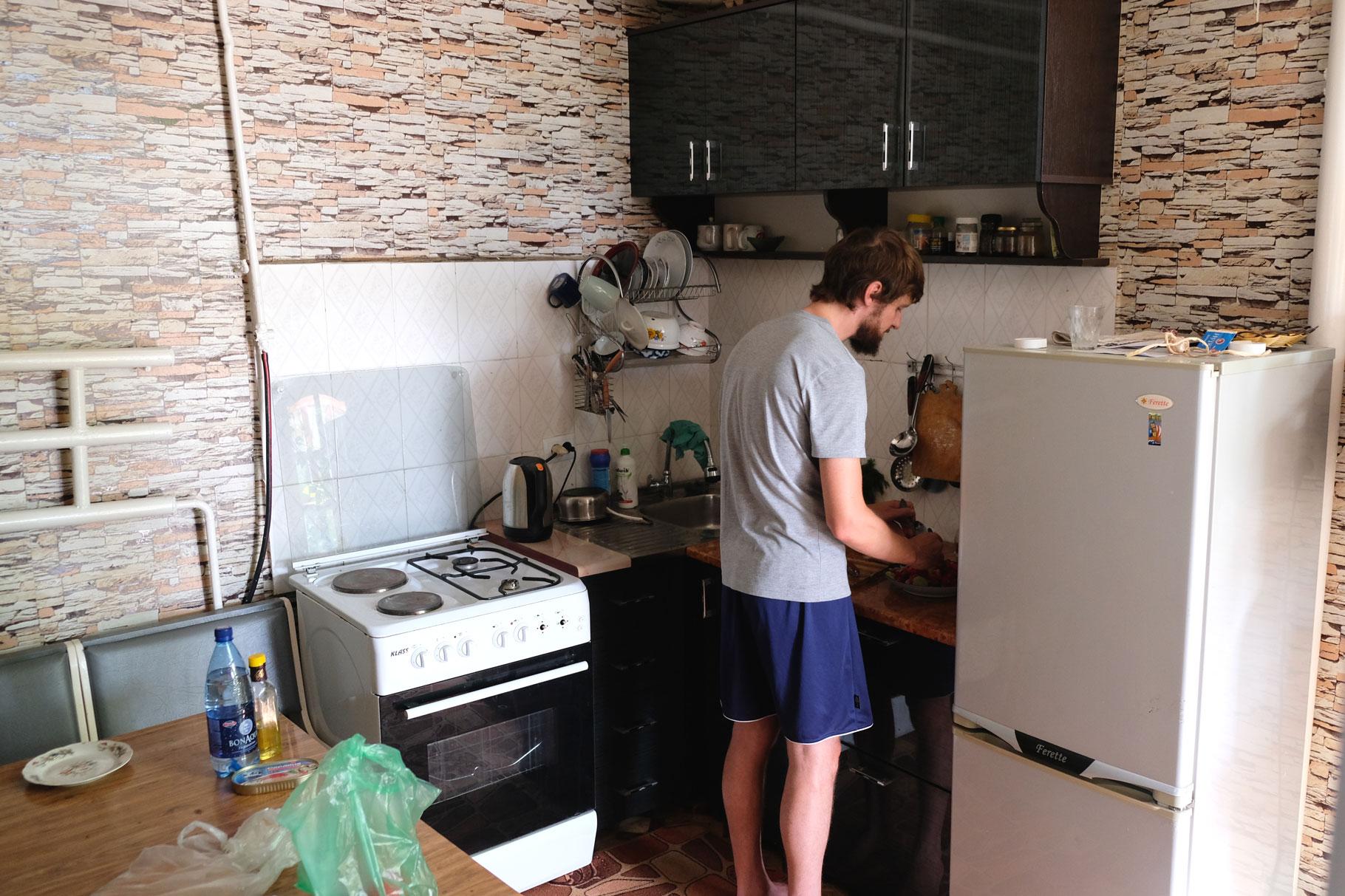 Sebastian in einer Küche.