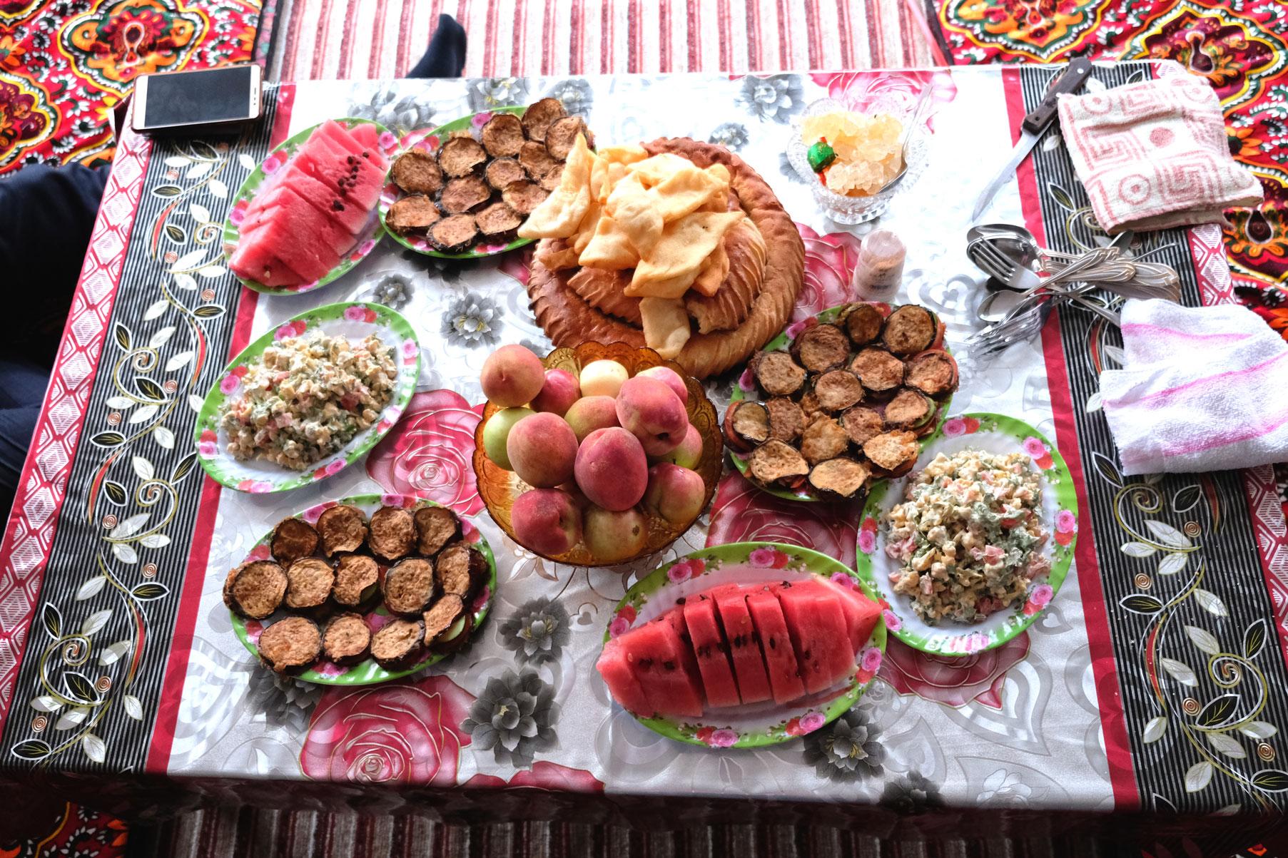 Kirgisische Speisen auf einem Tisch.