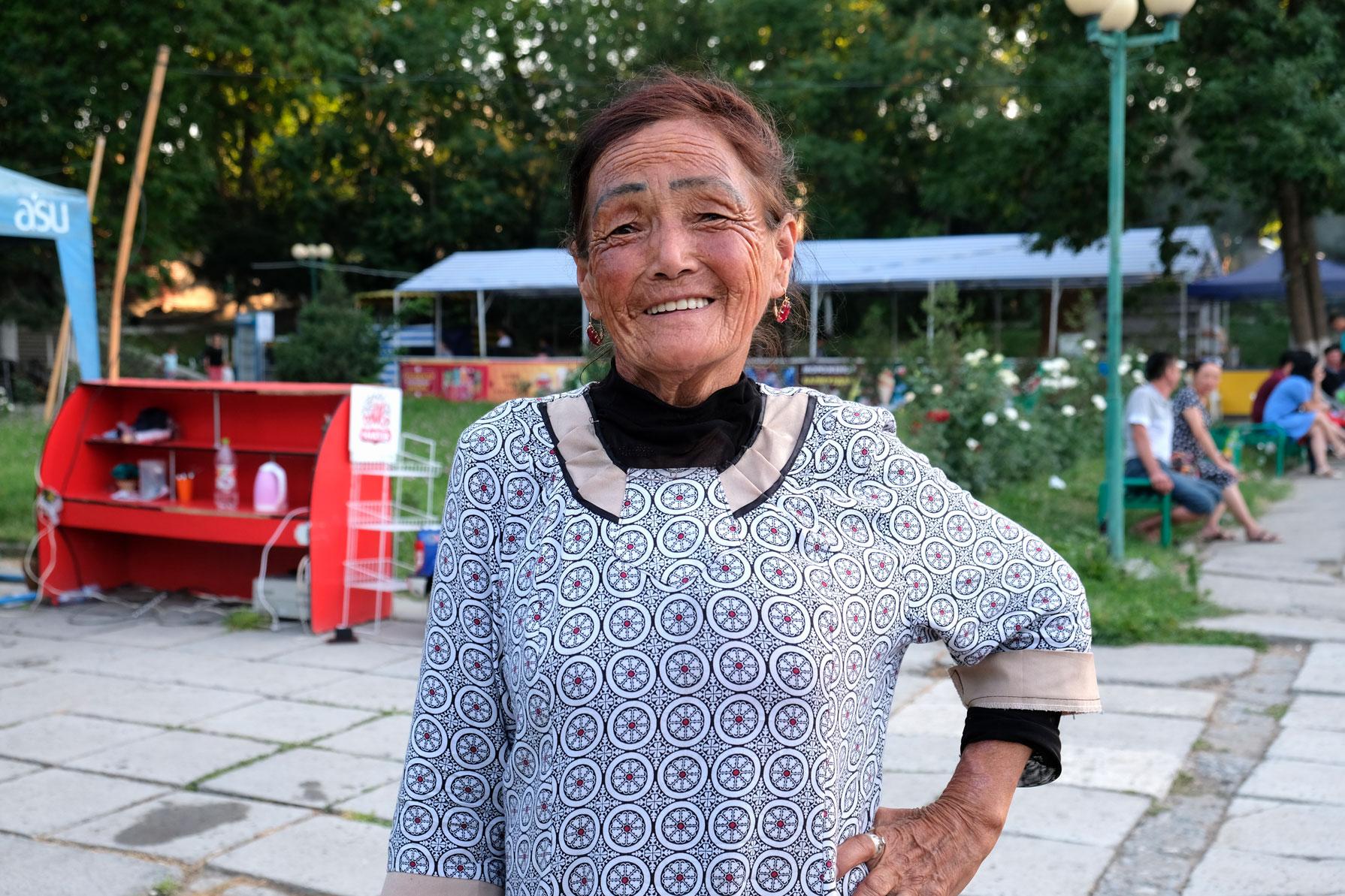 Eine ältere Kirgisin in einem Park in Osch.